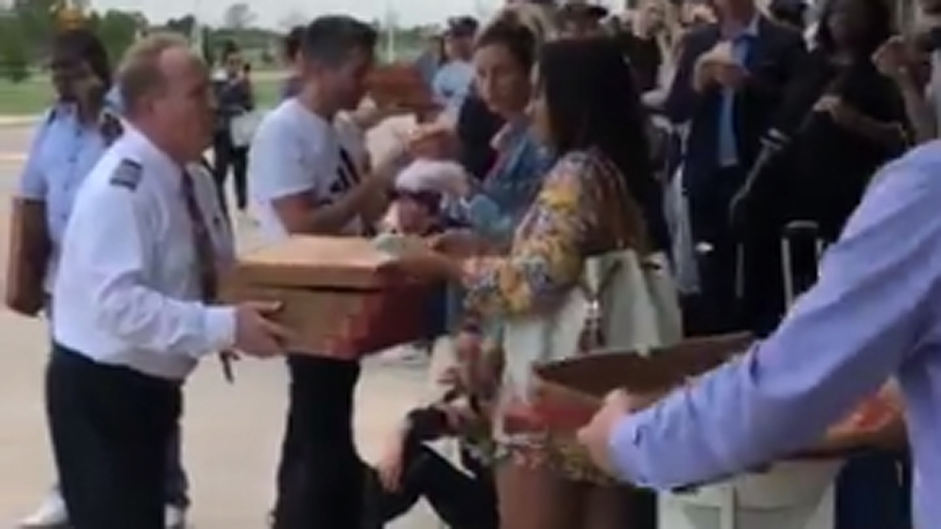 A captain brings pizza to passengers stranded in Texas. (Credit: @J_reigns2)