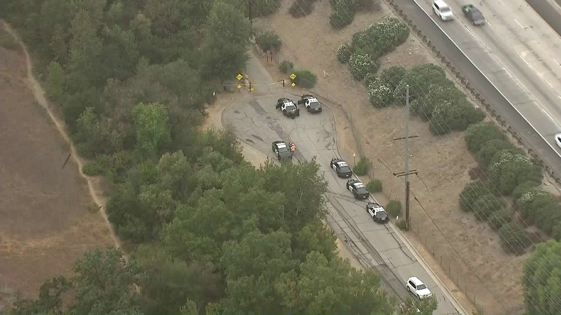 Authorities respond to a body that was found near the 101 Freeway in Calabasas on Sept. 5, 2018. (Credit: KTLA)