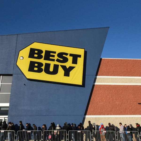 People line up outside of Best Buy near the Green Acres Mall on Black Friday on November 24, 2017 in Valley Stream, NY. (Credit: Stephanie Keith/Getty Images)