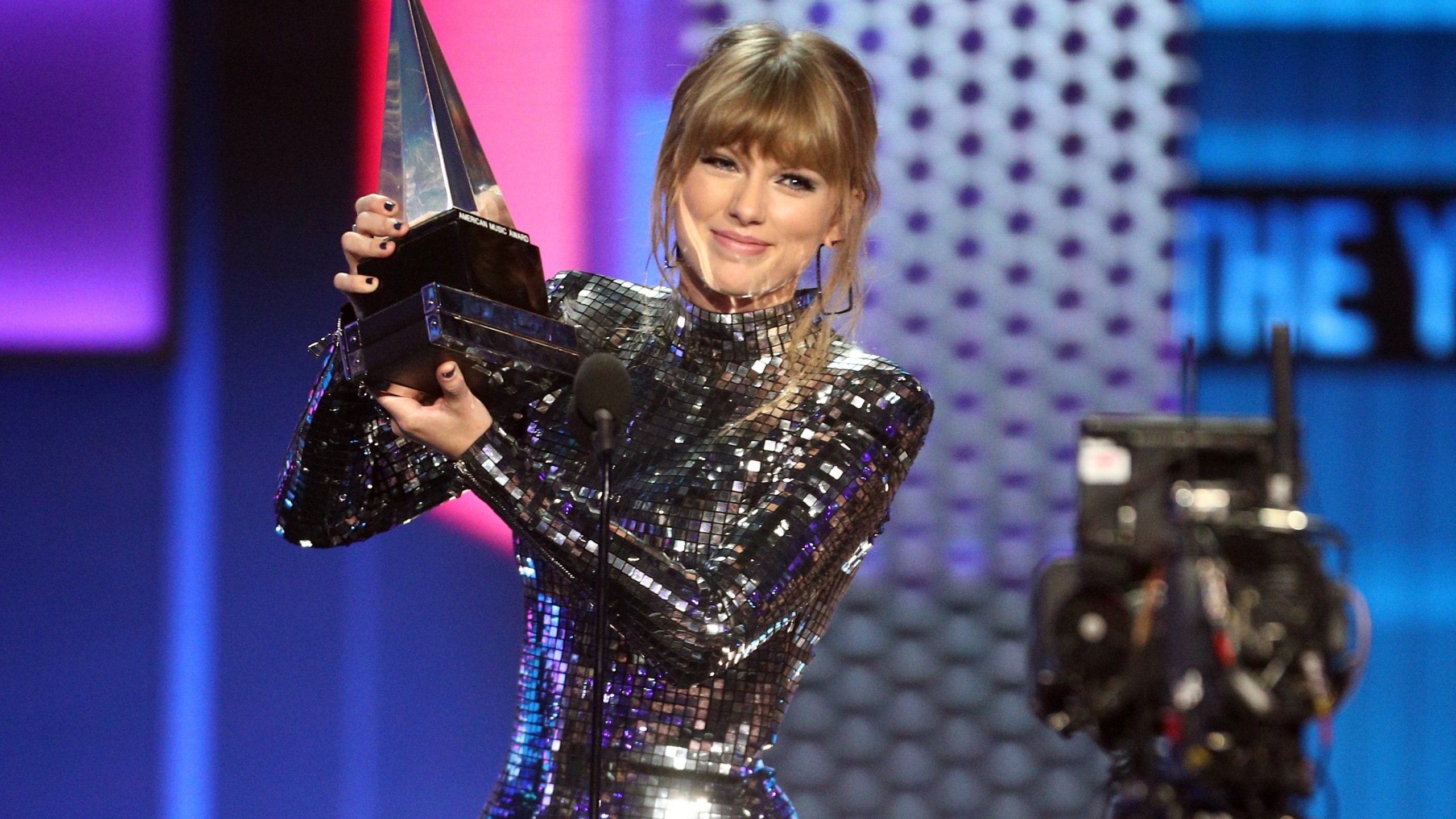 Taylor Swift accepts the Artist of the Year award onstage during the 2018 American Music Awards at Microsoft Theater on Oct. 9, 2018 in Los Angeles. (Credit: Frederick M. Brown / Getty Images)