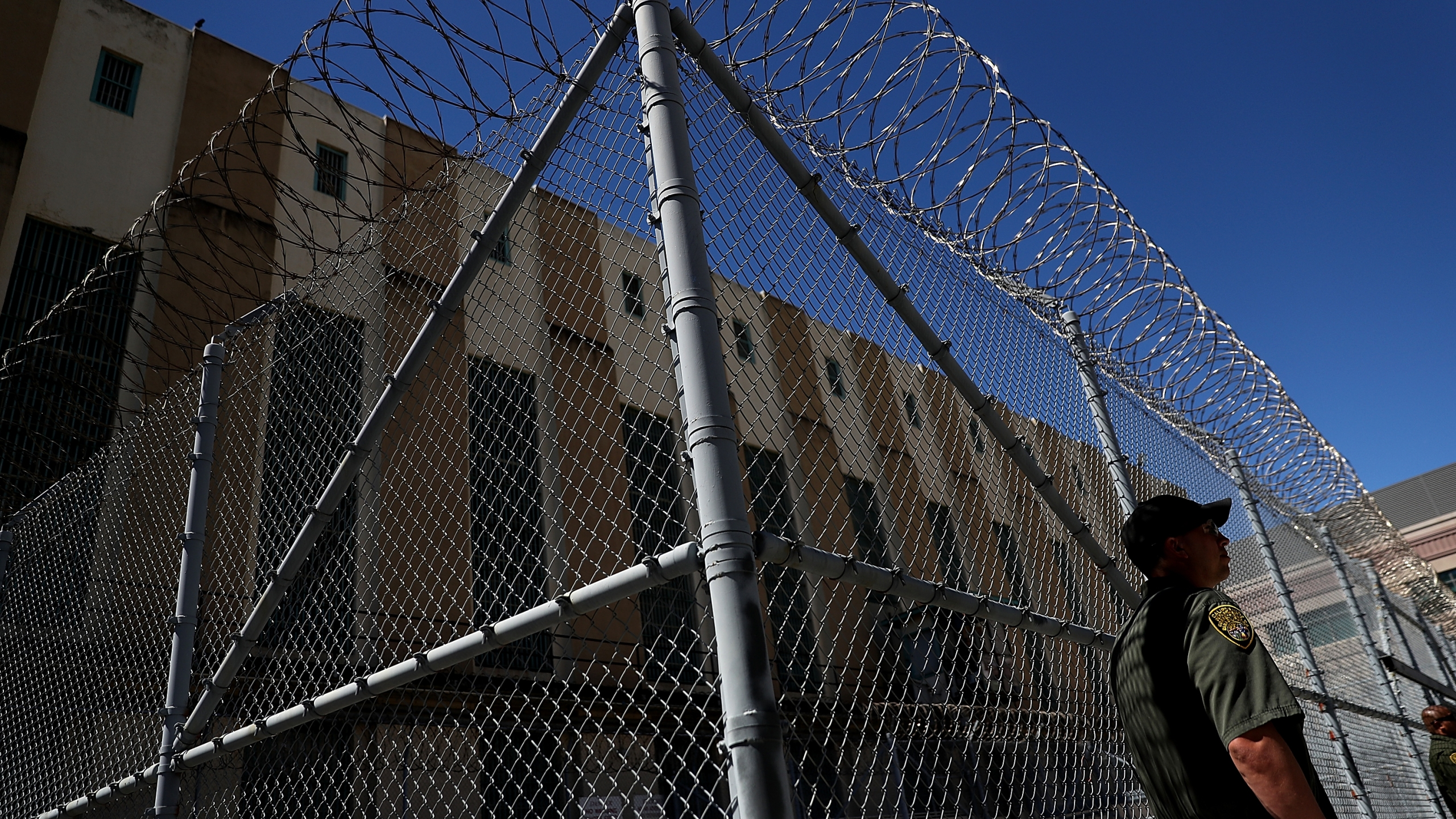 An armed California Department of Corrections and Rehabilitation officer stands guard at San Quentin State Prison's death row on Aug. 15, 2016. (Credit: Justin Sullivan / Getty Images)