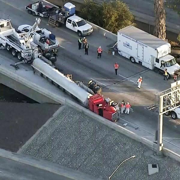 An overturned tanker spilled fluid onto the 710 Freeway near the city of Commerce on Nov. 15, 2018. (Credit: KTLA)