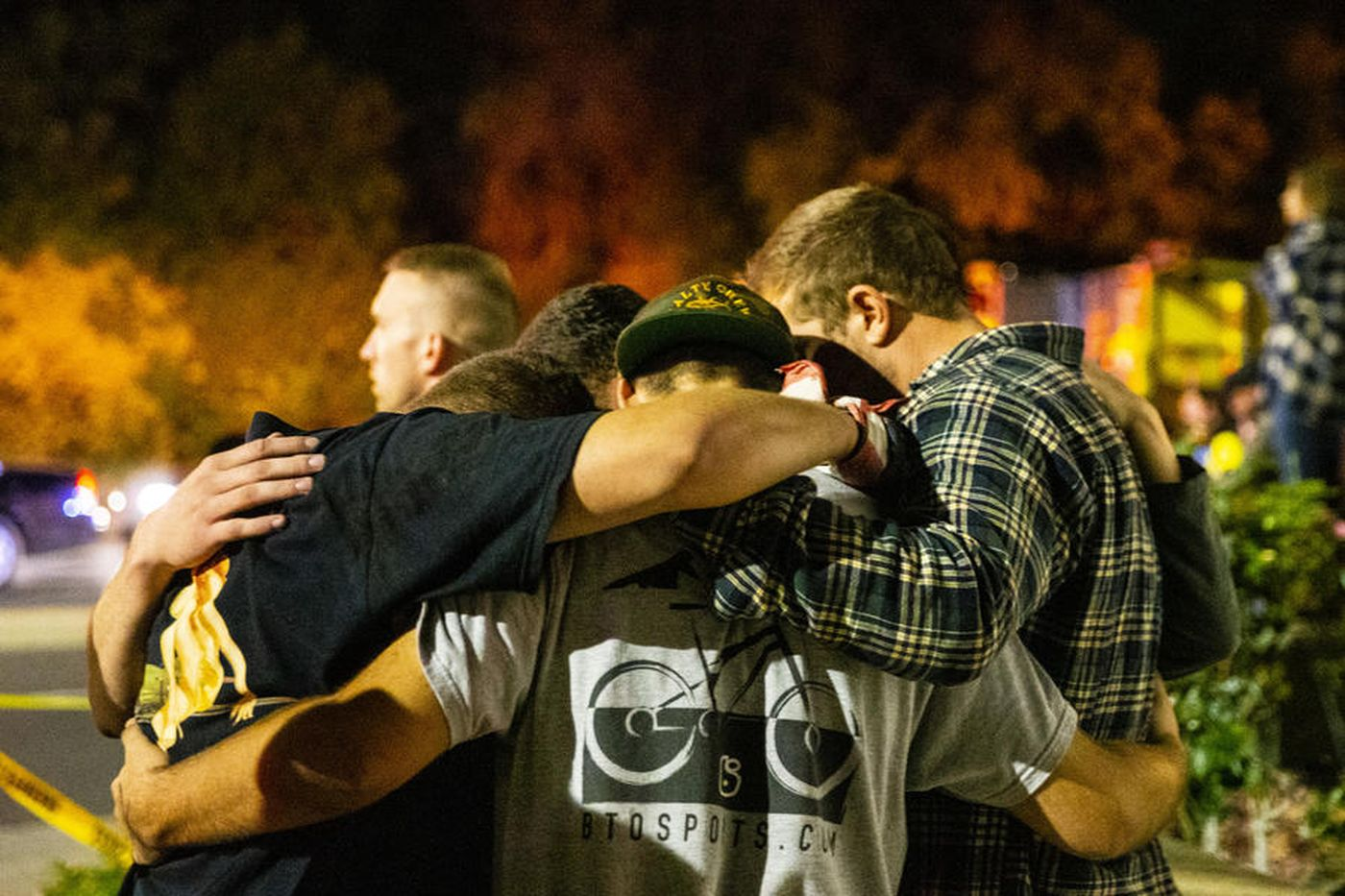 People huddle together in a parking lot along South Moorpark Road on Nov. 8, 2018, in the aftermath of a mass shooting at Borderline Bar & Grill. (Credit: Kent Nishimura / Los Angeles Times)