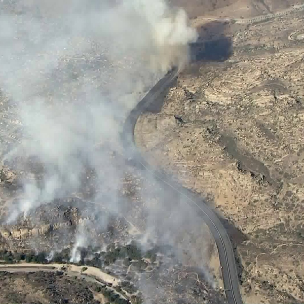 The Peak Fire burns next to the 118 Freeway in the Simi Valley area on Nov. 12, 2018. (Credit: KTLA)