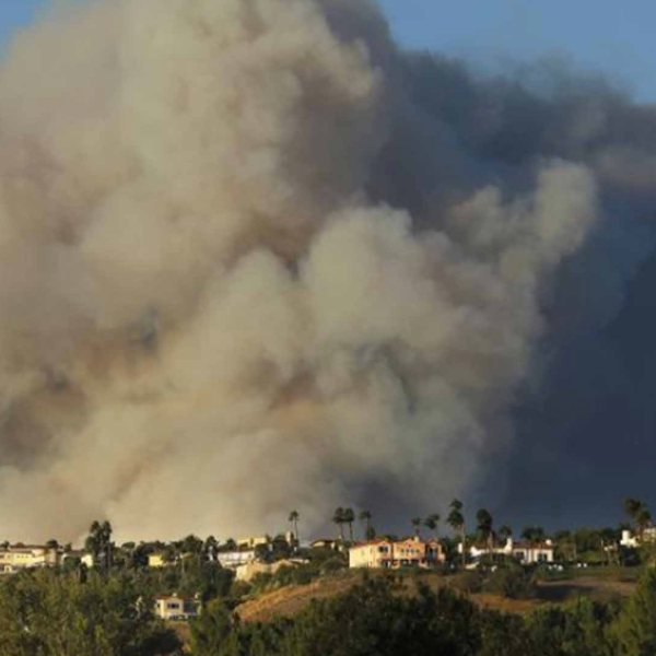 A giant plume of smoke from the Woolsey Fire rises above homes in Calabasas. (Credit: Mel Melcon / Los Angeles Times)