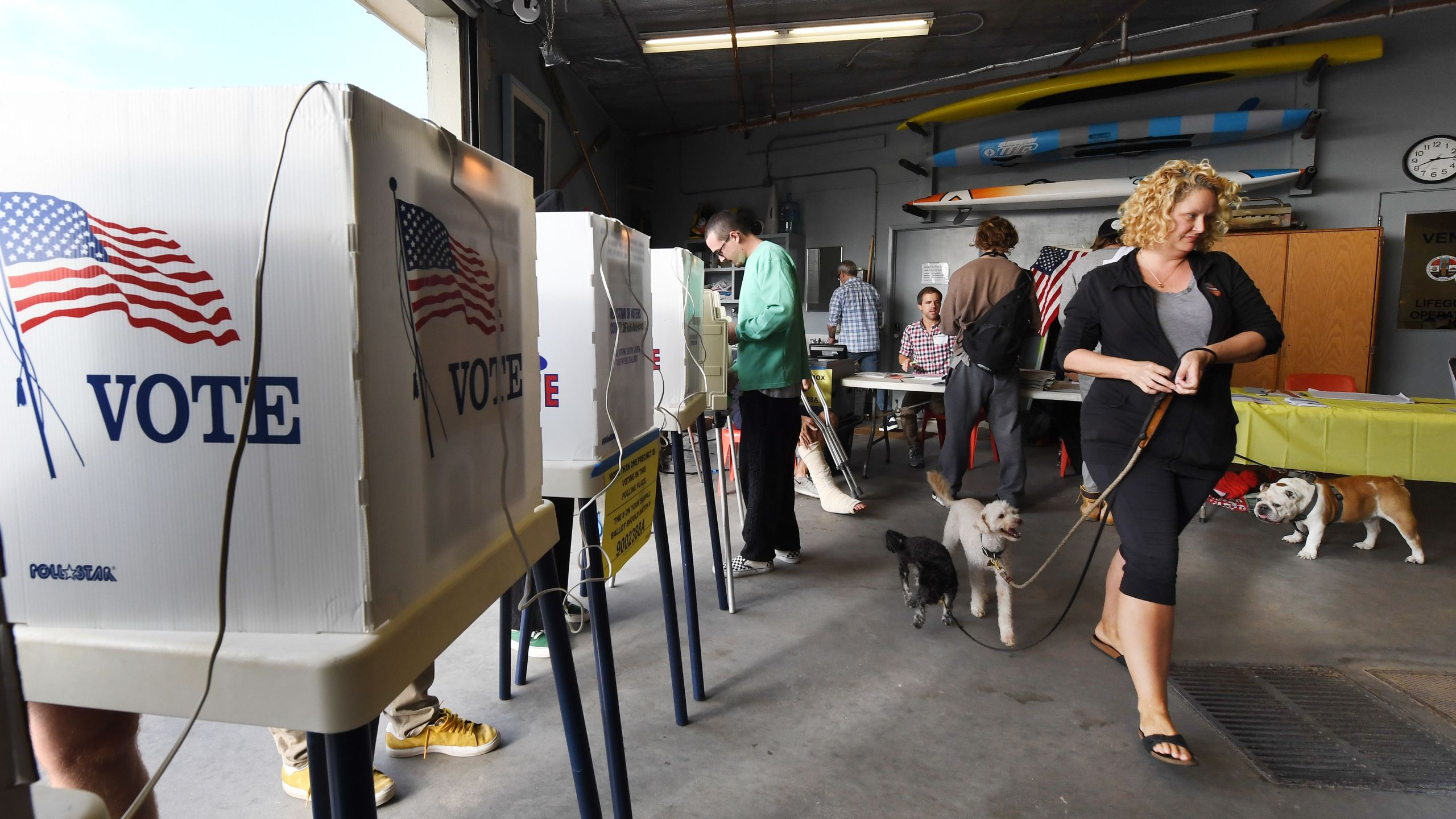 People vote during the midterm elections beside the beach at the Venice Beach Lifeguard station on Nov. 6, 2018. (Credit: MARK RALSTON/AFP/Getty Images)