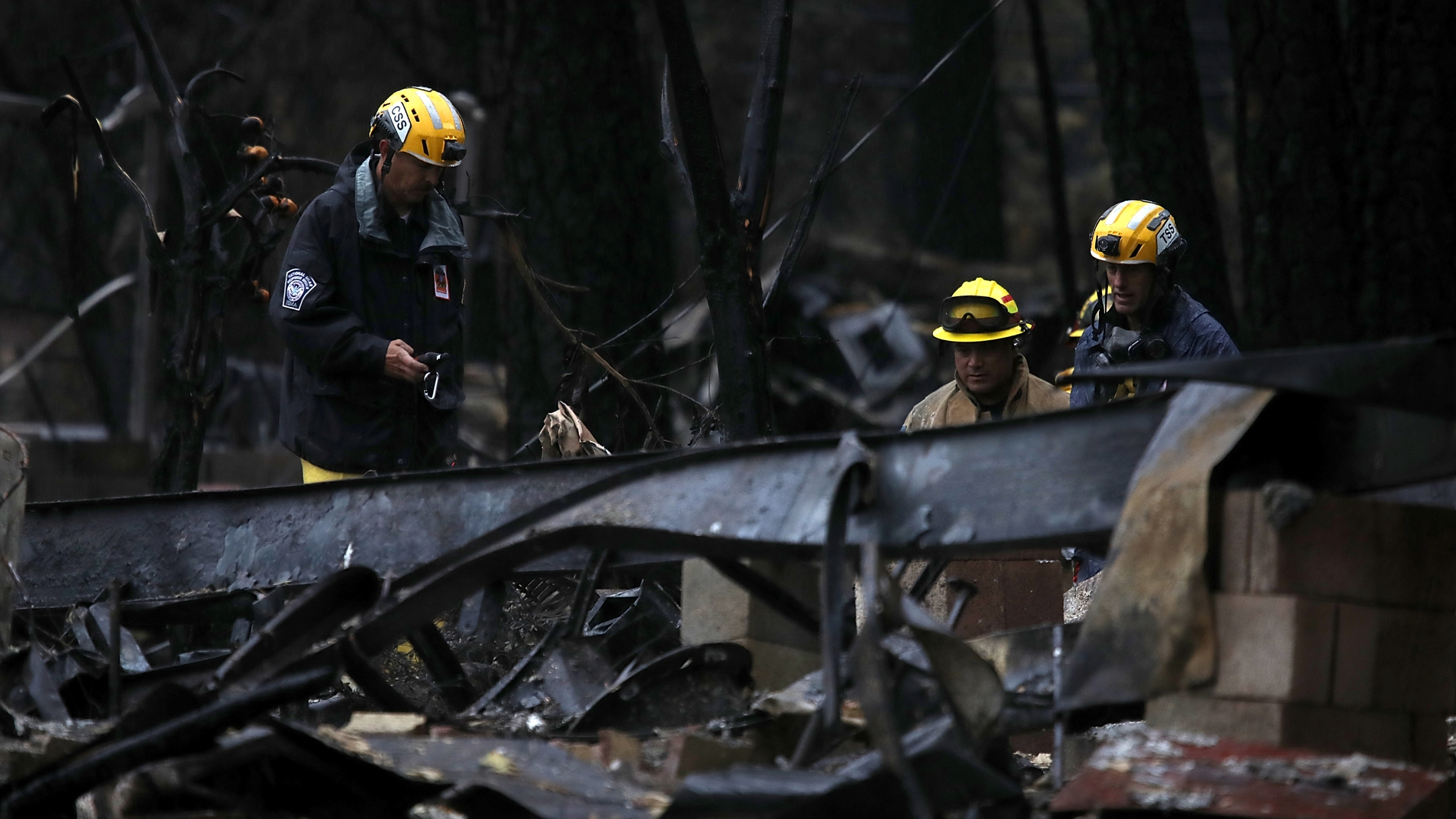 Search and rescue crews search a property that was destroyed by the Camp Fire for human remains on Nov. 22, 2018, in Paradise. (Credit: Justin Sullivan/Getty Images)