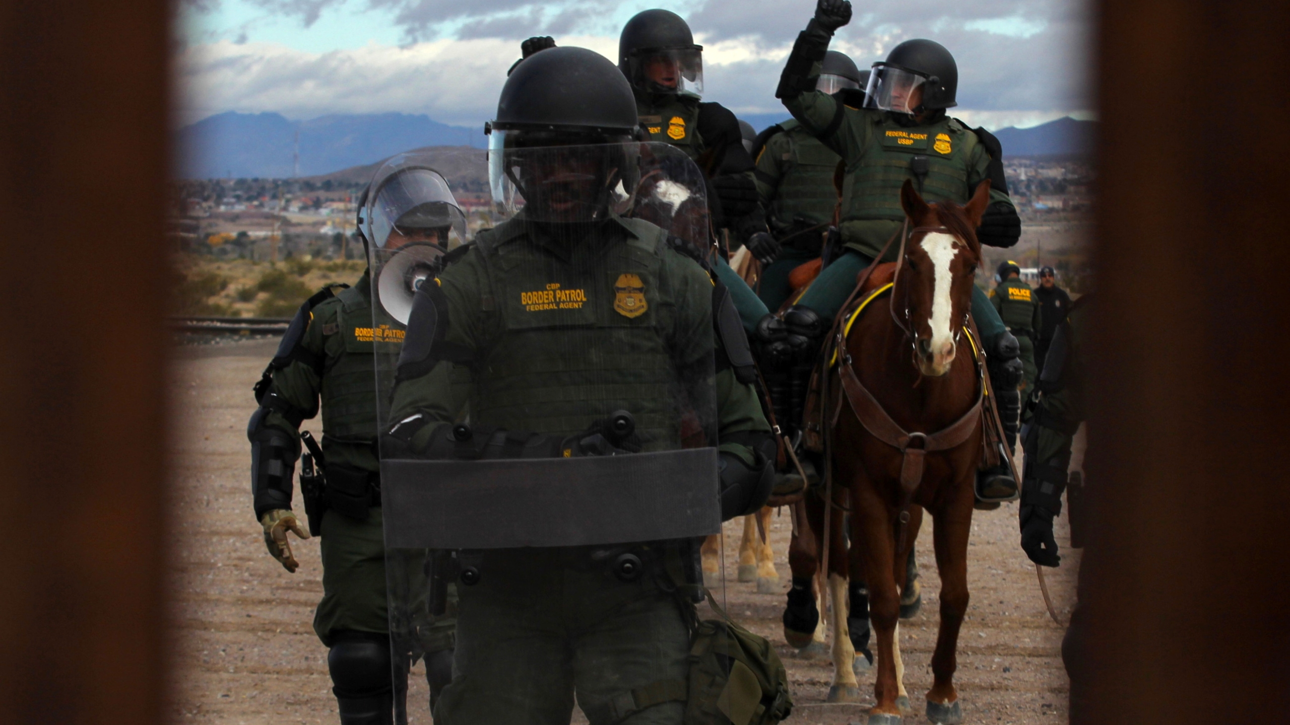 Members of the U.S. Border Patrol take part in a drill in along the U.S.-Mexico border on Nov. 30, 2018. (Credit: Herika Martinez / AFP / Getty Images)