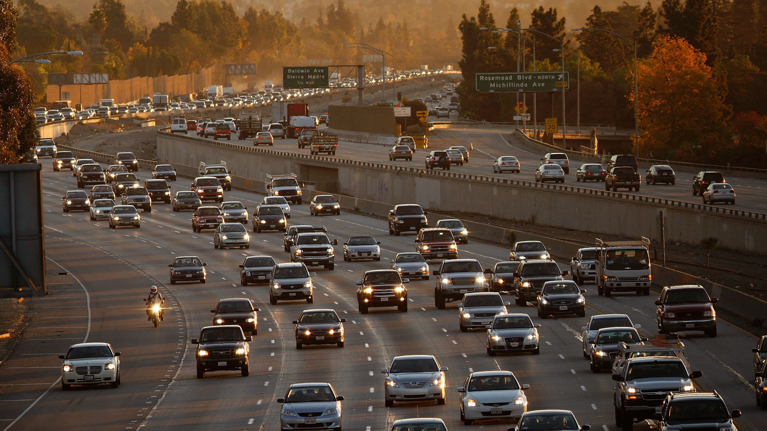 Morning commuters travel the 210 Freeway in the Pasadena area on Dec. 1, 2009. (Credit: David McNew / Getty Images)