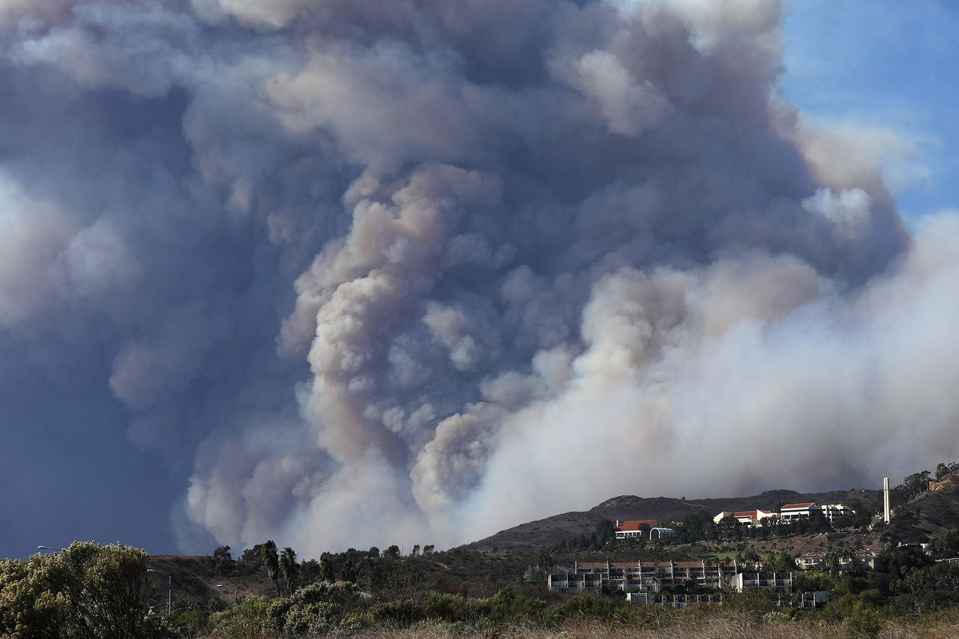 Heavy plumes of smoke float over the campus of Pepperdine University in Malibu as the Woolsey Fire burns through the area in November 2018. (Credit: Genaro Molina/Los Angeles Times)