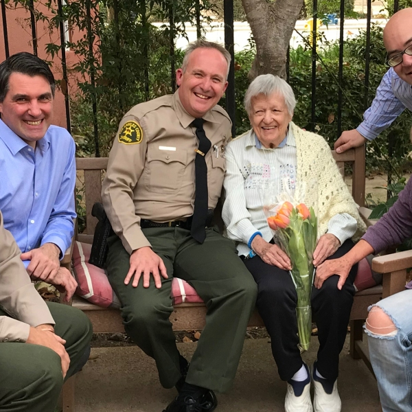 Ruth Cook, center, poses with L.A. County Sheriff's Department deputies Michael Rogers and Tom Henzgen at AlmaVia of Camarillo on Nov. 27, 2018. (Credit: KTLA)