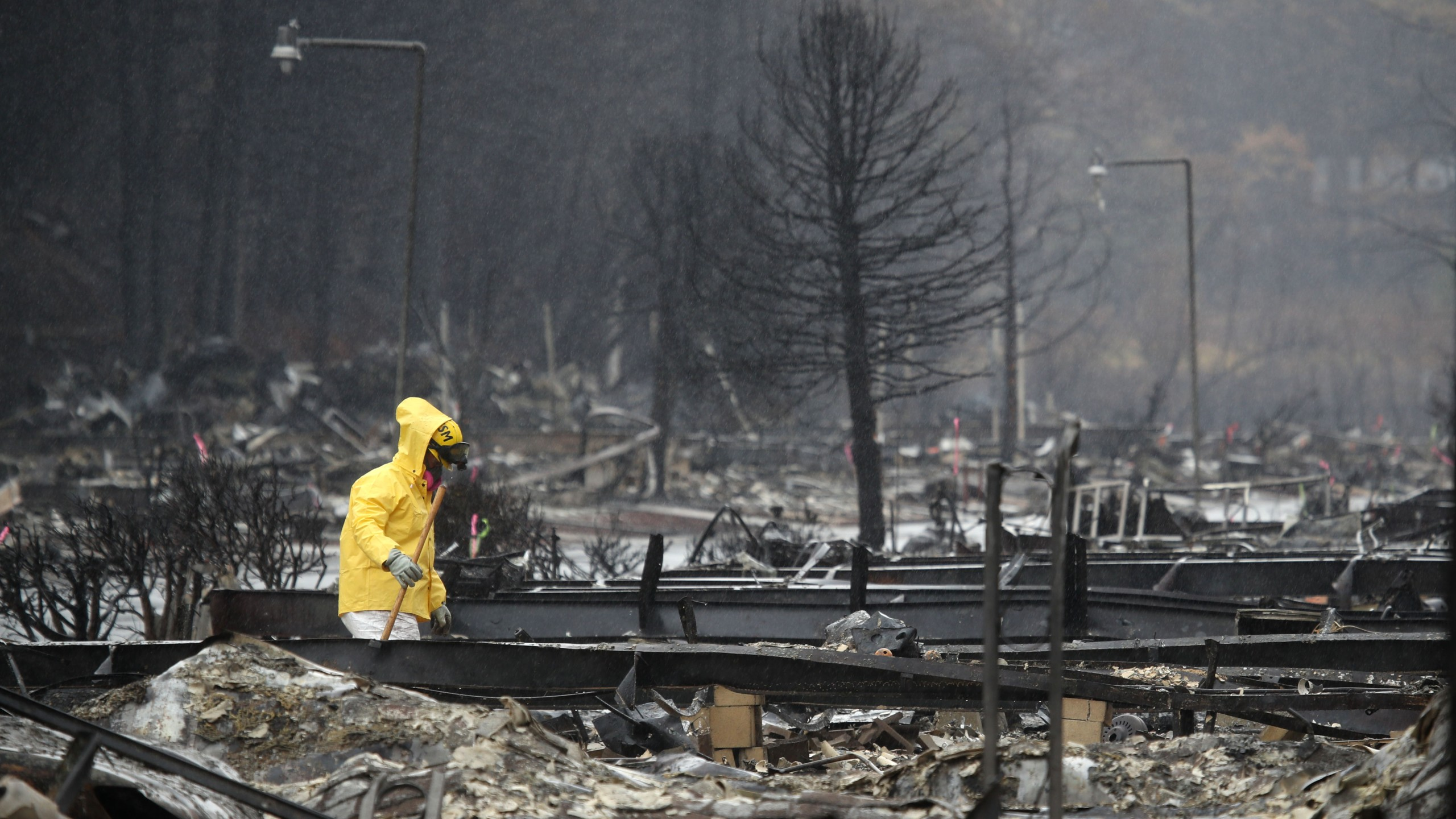A search and rescue crew member searches for human remains at a mobile home park that was destroyed by the Camp Fire on Nov. 21, 2018, in Paradise. (Credit: Justin Sullivan/Getty Images)