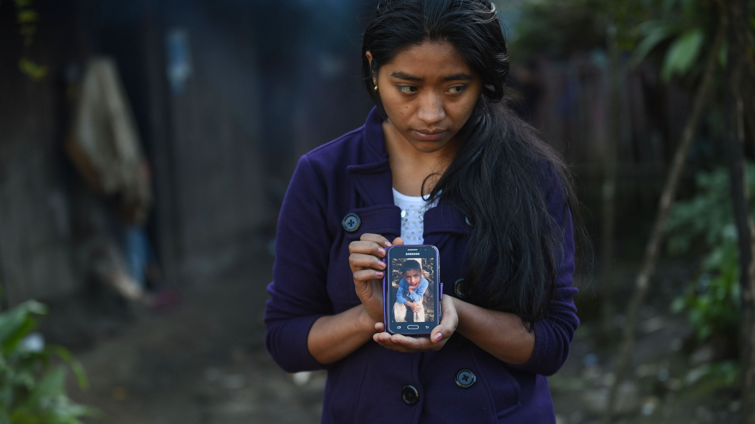 Catarina Gomez Lucas holds up a phone displaying an image of her brother Felipe Gomez in Guatemala on Dec. 28, 2018. (Credit: JOHAN ORDONEZ/AFP/Getty Images)