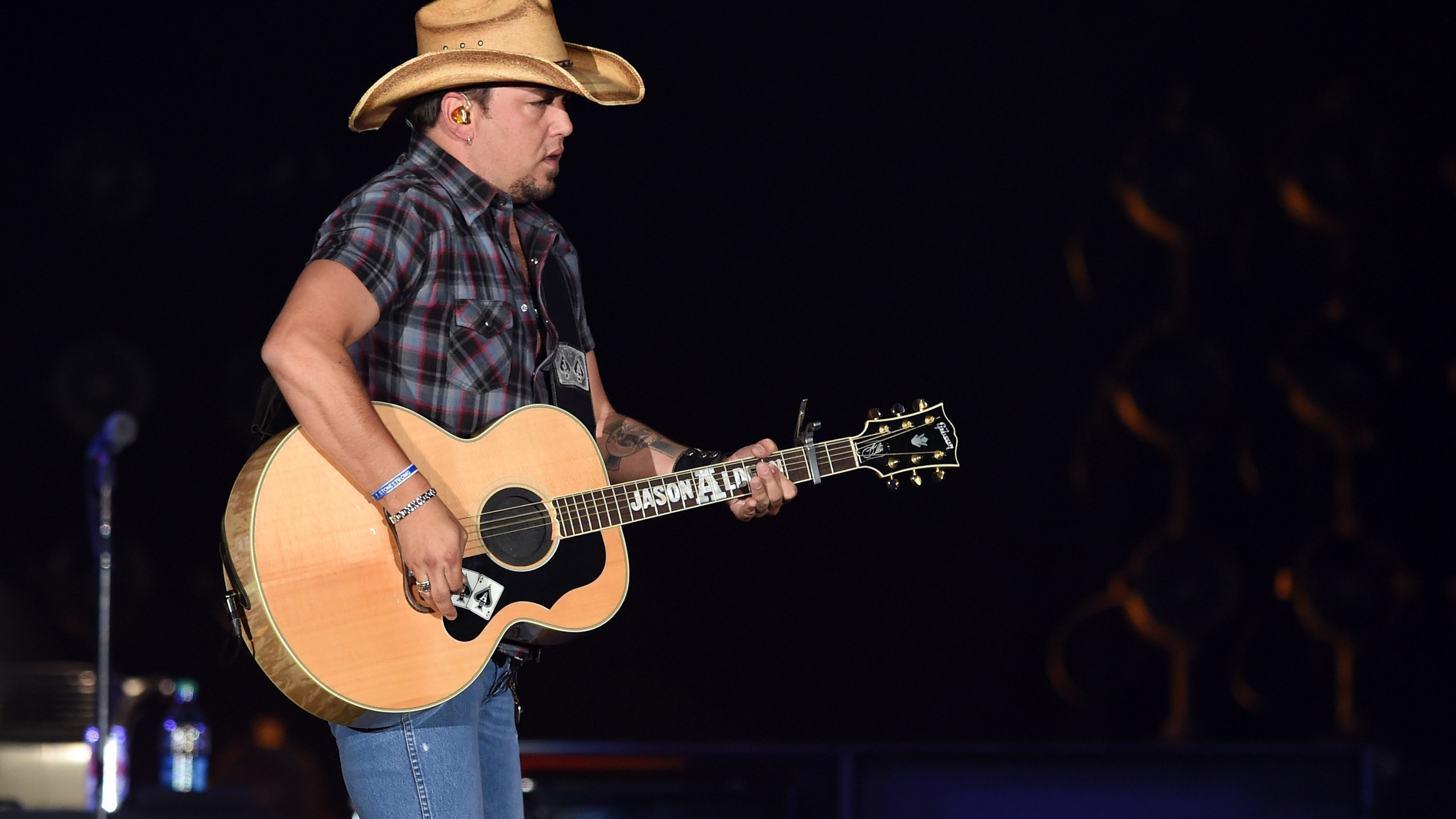 Recording artist Jason Aldean performs during the Route 91 Harvest country music festival at the MGM Resorts Village on October 5, 2014 in Las Vegas, Nevada. (Credit: Ethan Miller/Getty Images)