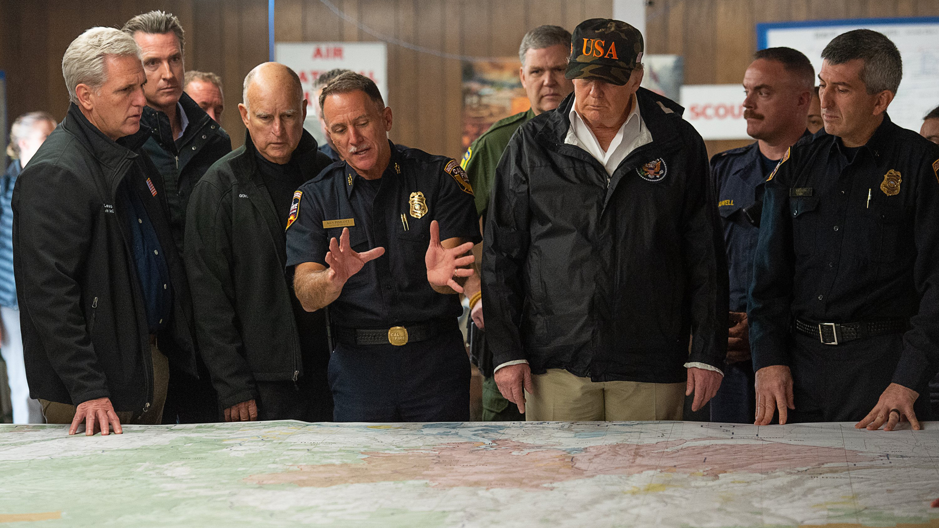 Congressman Kevin McCarthy, Gov. Jerry Brown, Gov.-elect Gavin Newson and President Donald Trump listen to Cal Fire Chief Ken Pimlott during his visit of the Camp Fire in Chico, California on November 17, 2018. (Credit: Paul Kitagaki Jr.-Pool/Getty Images)
