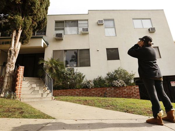 Jackie Tepper shouts toward the second-floor apartment of Ed Buck, a longtime Democratic political donor, onetime West Hollywood City Council candidate and a well-known figure in LGBTQ political circles in this undated photo. (Credit: Al Seib / Los Angeles Times)