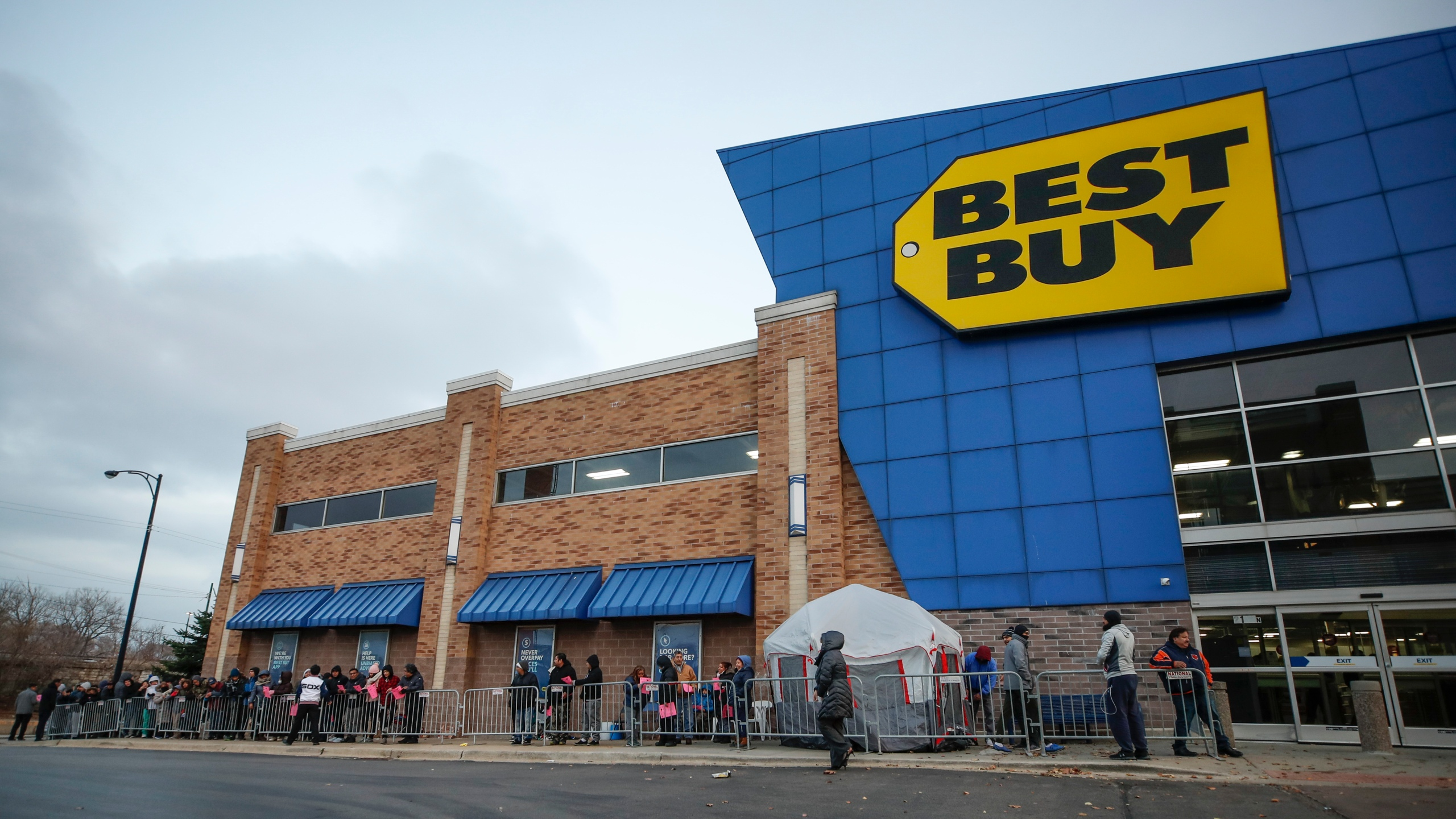 Shoppers wait in line to enter a Best Buy Inc. store on Nov. 22, 2018, in Chicago. (Credit: Kamil Krzaczynski/Getty Images)