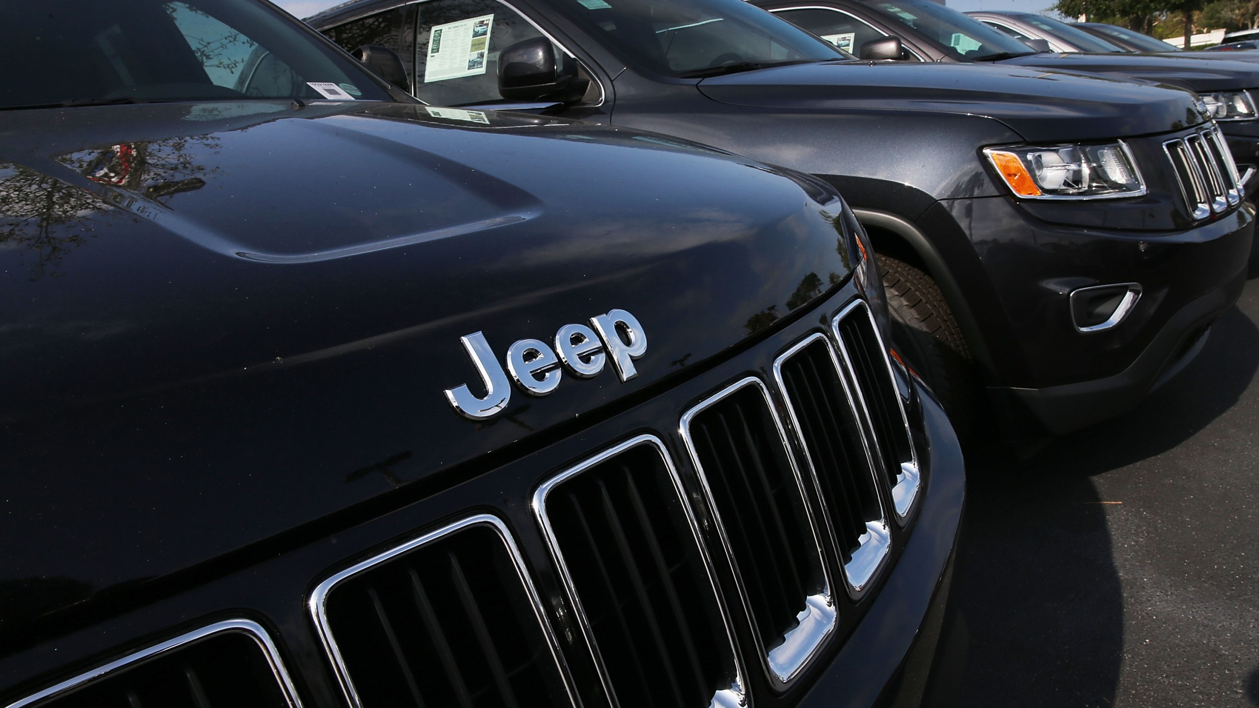 Jeep Grand Cherokee vehicles are seen on a sales lot on April 22, 2016, in Miami, Florida. (Credit: Joe Raedle/Getty Images)