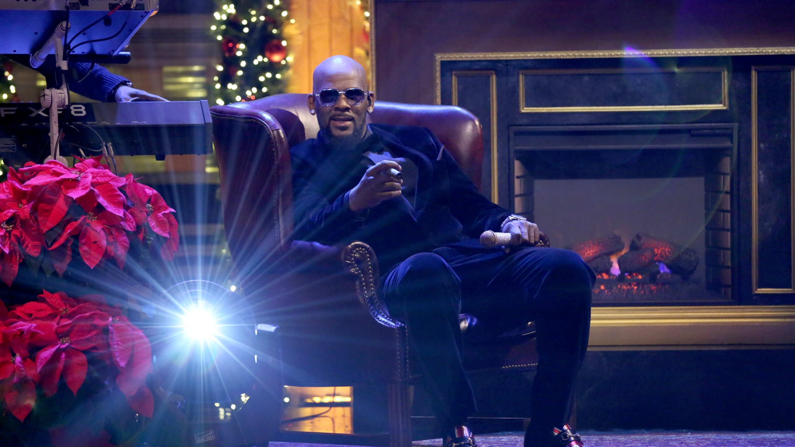 """R. Kelly performs on """"The Tonight Show Starring Jimmy Fallon"""" on Dec. 23, 2016. (Credit: Andrew Lipovsky / NBC / NBCU Photo Bank via Getty Images)"""