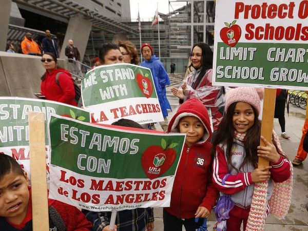 Students from Main Street Elementary School in South Park holds signs in support of L.A. teachers on Jan. 15, 2019. (Credit: Al Seib / Los Angeles Times)