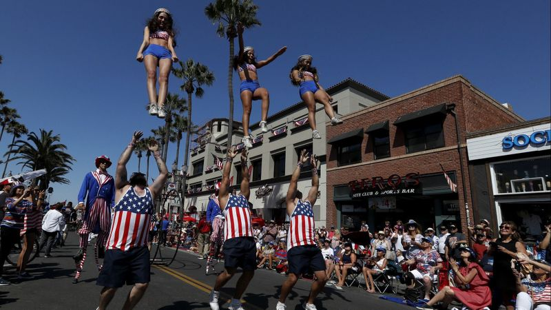 A drill team performs on Main Street in Huntington Beach during the 2018 Independence Day Parade. (Credit: Luis Sinco /Los Angeles Times)