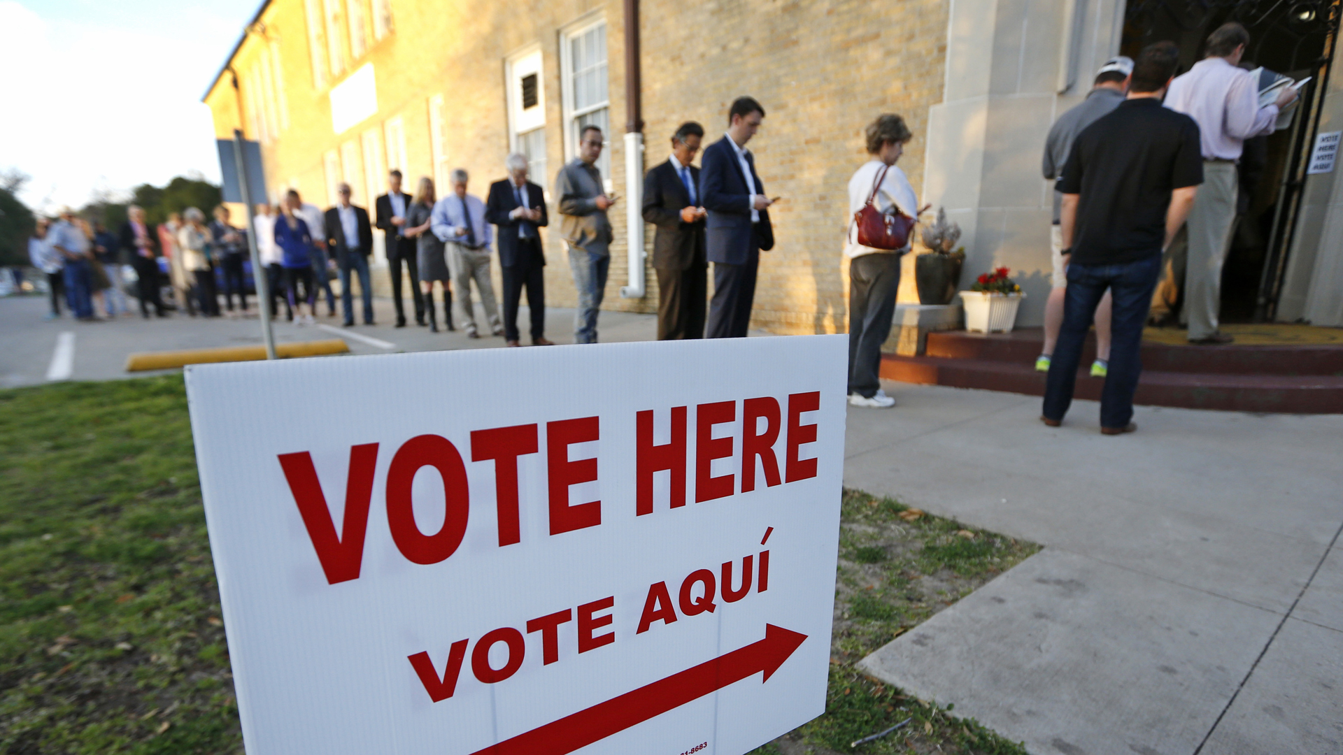 Voters line up to cast their ballots on Super Tuesday March 1, 2016 in Fort Worth, Texas. (Credit: Jenkins/Getty Images)