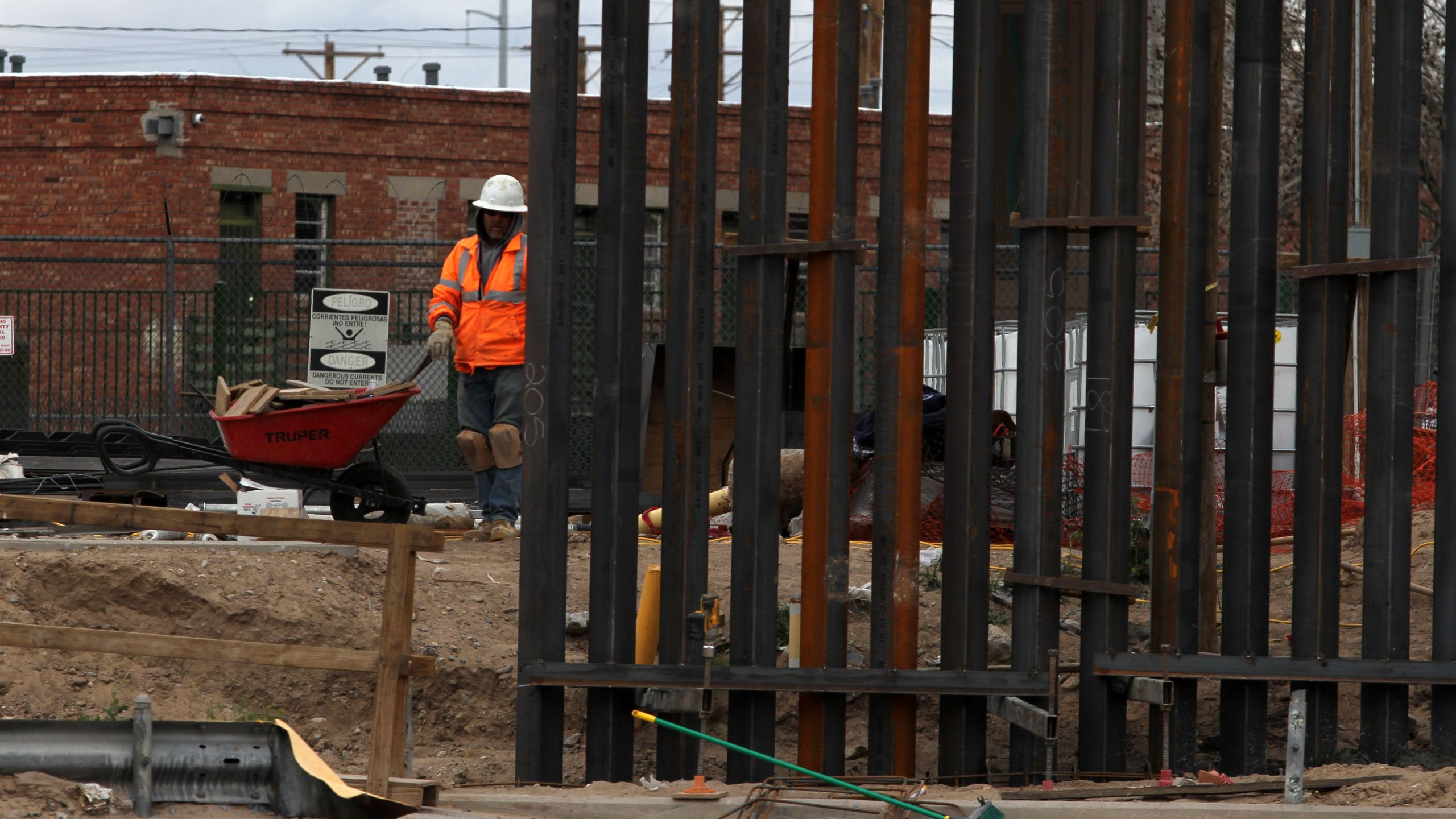 U.S. workers build the border wall between El Paso, Texas, and Ciudad Juarez, Mexico on Feb. 5, 2019. (Credit: Herika Martinez / AFP/Getty Images)
