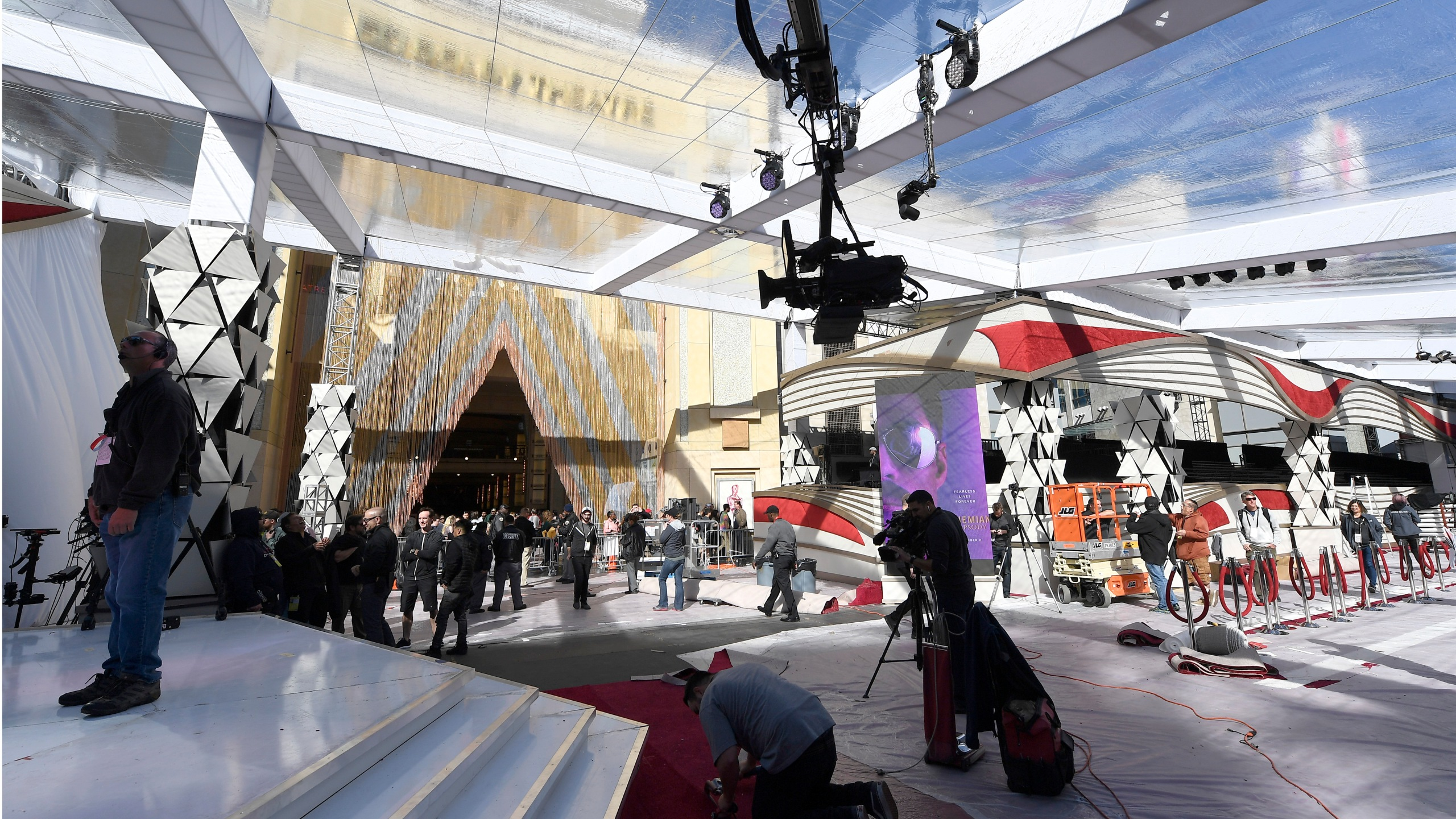 Workers make preparations for the 91st Academy Awards at the Dolby Theatre on Feb. 22, 2019, in Hollywood. (Credit: Kevork Djansezian/Getty Images)