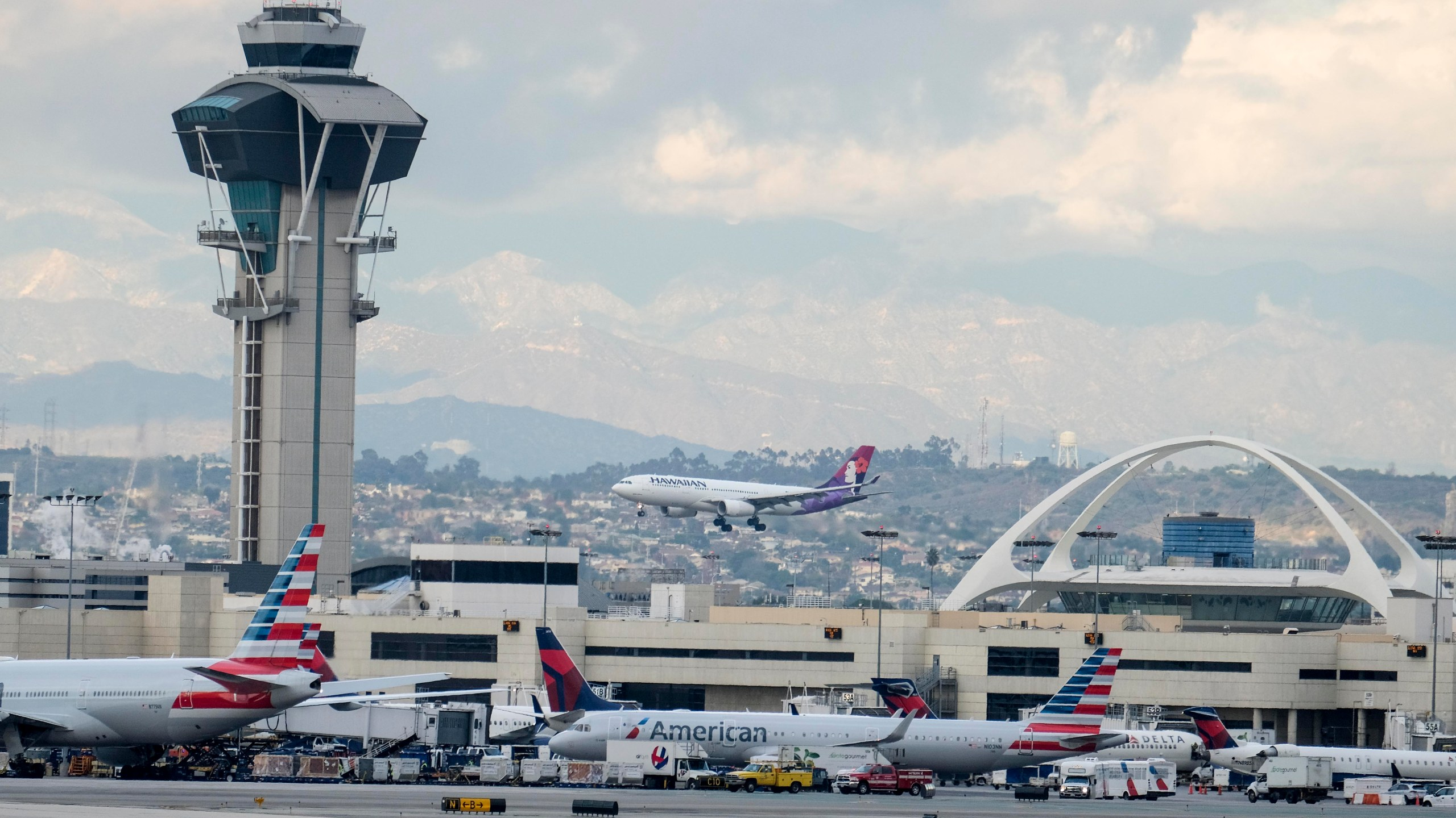 A Hawaiian Airlines aircraft prepares to land at the Los Angeles International Airport on Dec. 22, 2016. (Credit: Ringo Chiu / AFP / Getty Images)