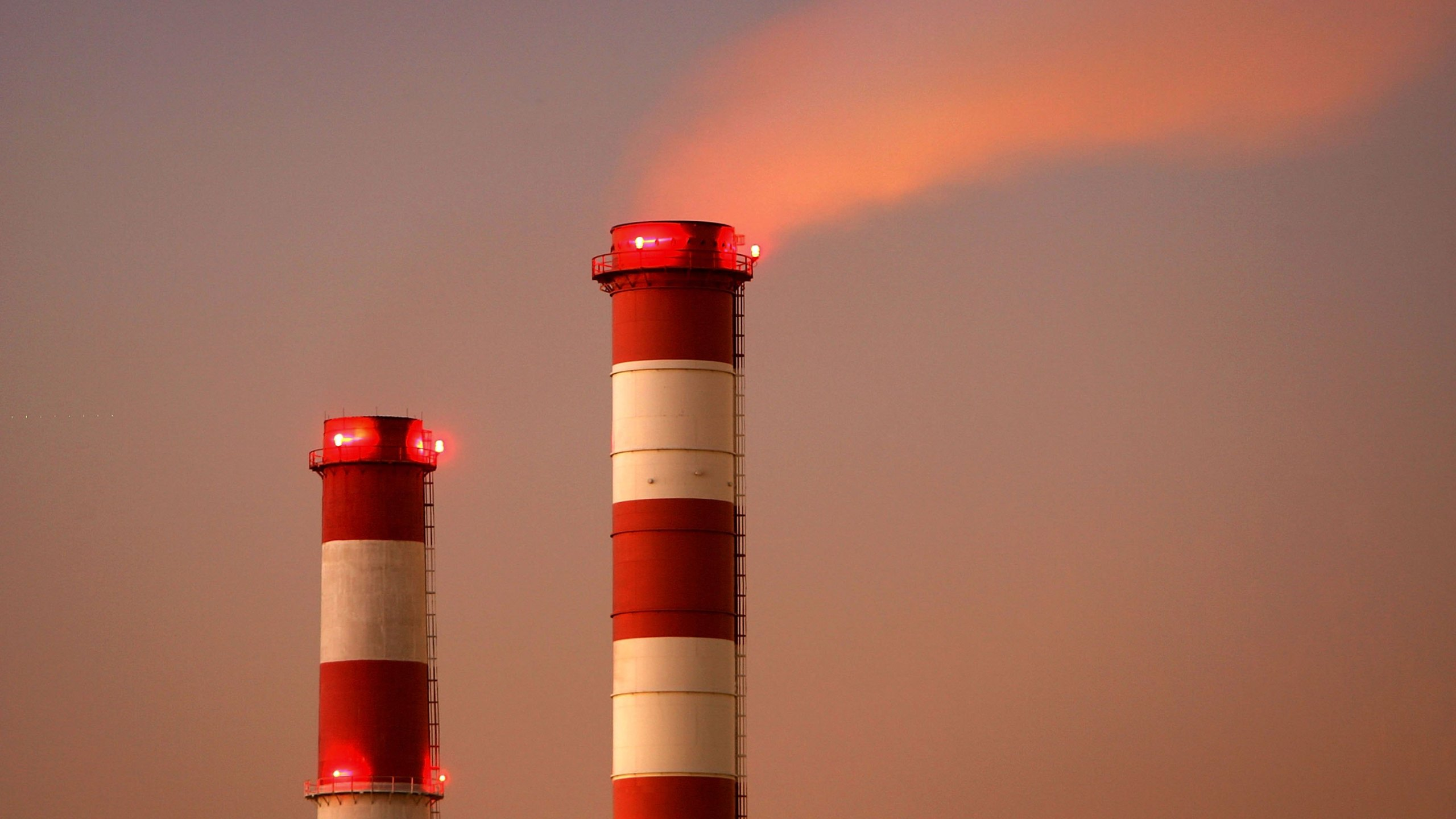 The Scattergood Power Plant near El Segundo operates after sunset on Nov. 29, 2006. (Credit: David McNew / Getty Images)