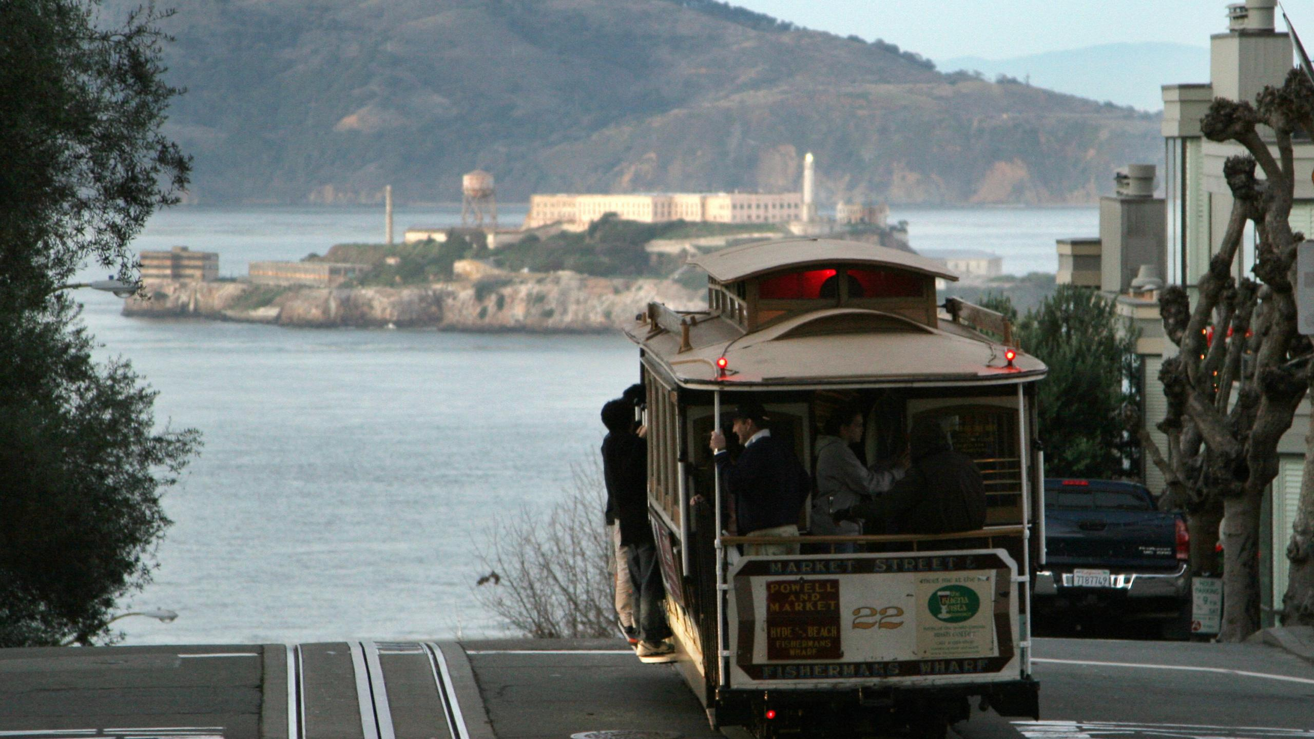A cable car moves down to Fisherman's Wharf in San Francisco on Dec. 22, 2007. (Credit: GABRIEL BOUYS/AFP/Getty Images)