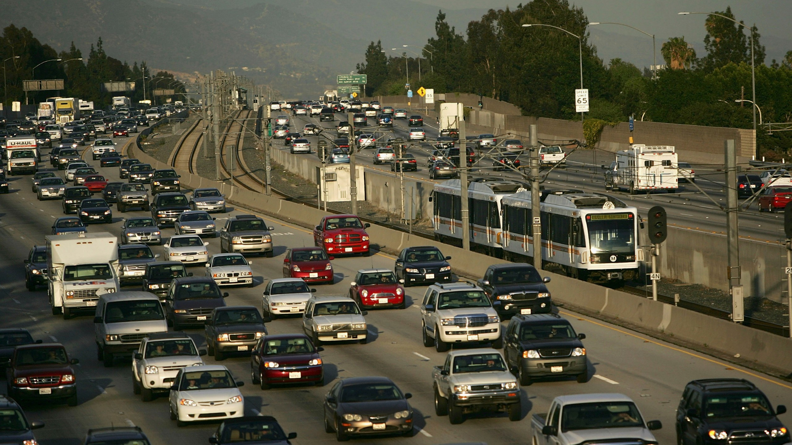 A Metro Rail train carries passengers from Los Angeles along the busy 210 Freeway on April 13, 2007, in Pasadena, California. (Photo by David McNew/Getty Images)