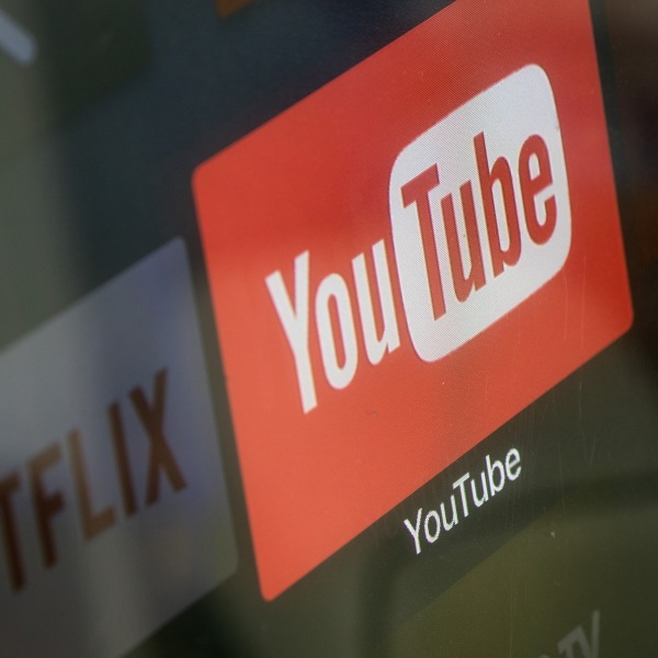 The YouTube and Netflix app logos are seen on a television screen on March 23, 2018. (Credit: Chris McGrath/Getty Images)
