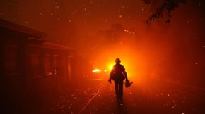 The Woolsey fire burns homes in Malibu in November 2018. (Genaro Molina / Los Angeles Times)