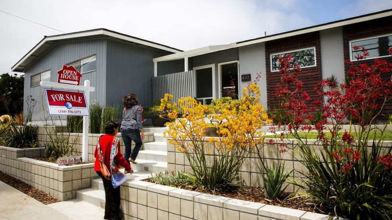 An open house in Manhattan Beach. (Credit: Jay L. Clendenin / Los Angeles Times)