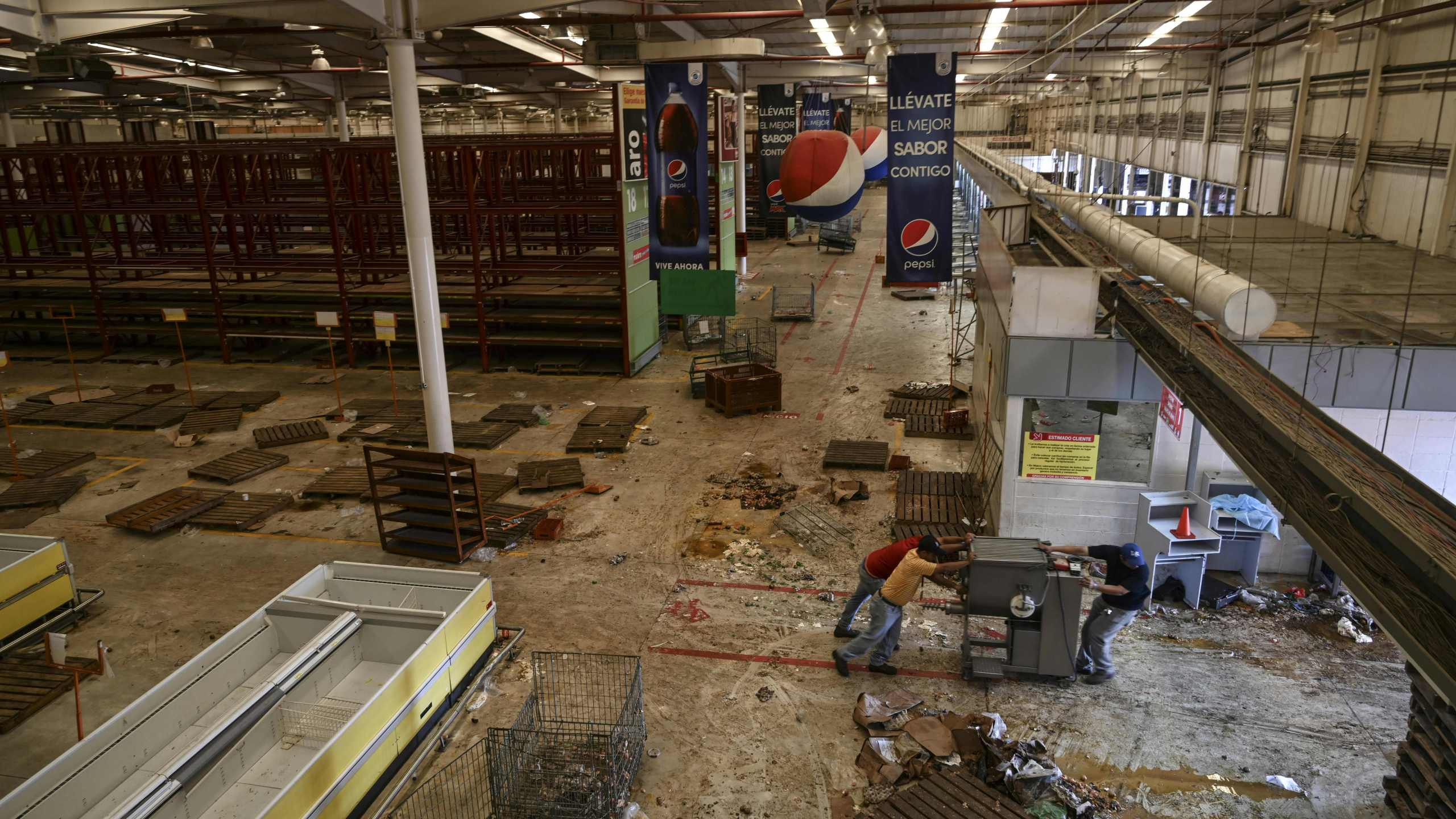 A wholesale supermarket that was looted during a massive blackout in Maracaibo, Venezuela, on March 13, 2019.(Credit: Juan Barreto/AFP/Getty Images)