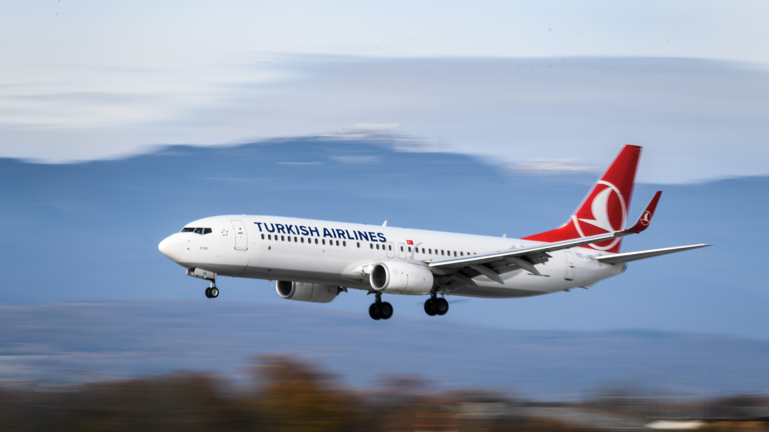 A Boeing 737-800 commercial plane registration TC-JVL of Turkish Airlines is seen landing at Geneva Airport on November 20, 2017 in Geneva. (Credit: Fabrice Coffrini/AFP/Getty Images)