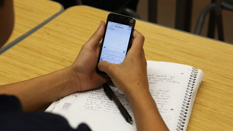 New legislation from Assemblyman Al Muratsuchi (D-Torrance) would require school boards to adopt policies that limit or prohibit the use of cell phones on school grounds. (Credit: Anne Cusack / Los Angeles Times)