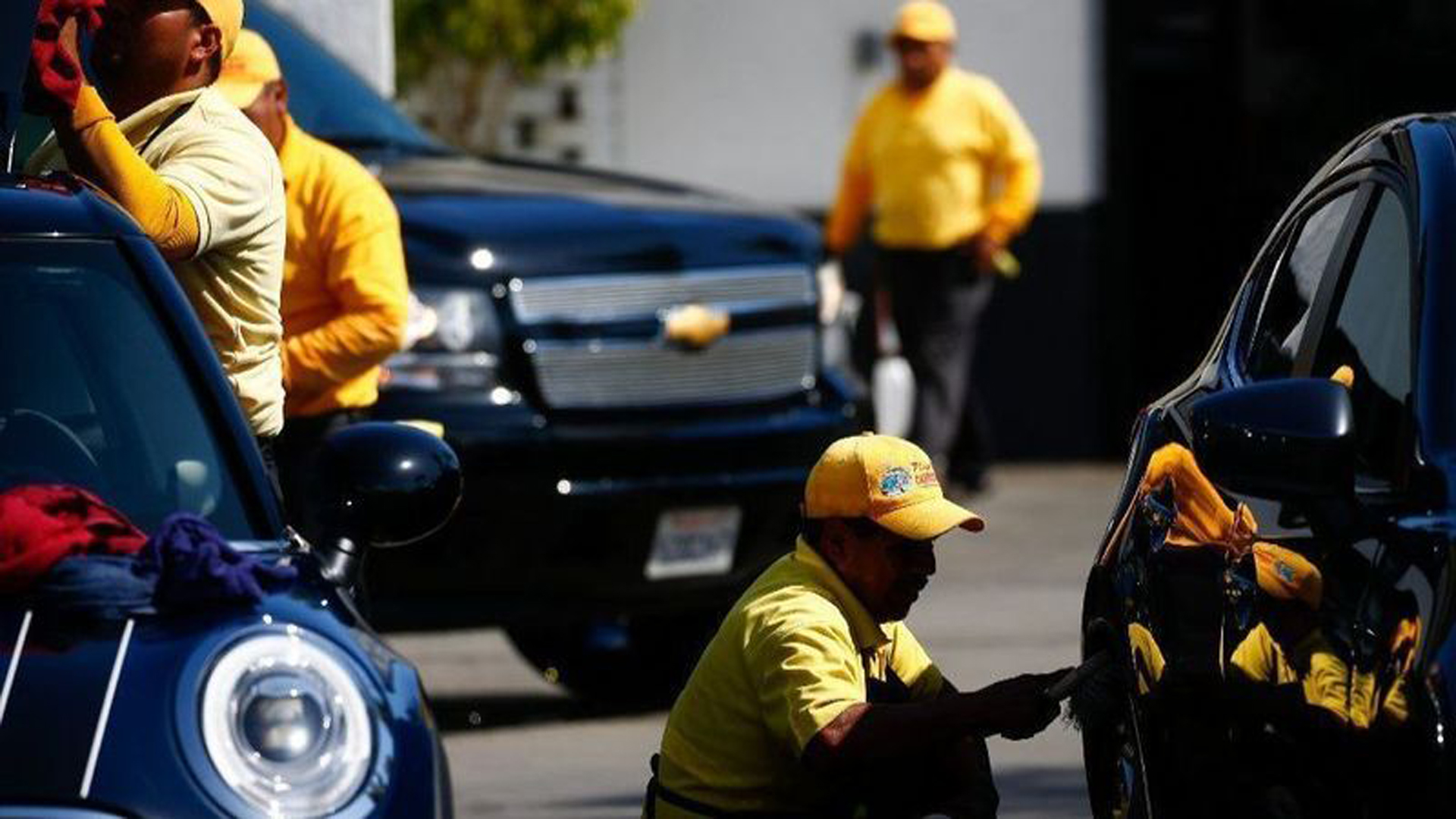 Cars are washed and cleaned at the Playa Vista Car Wash in Culver City. (Credit: Kent Nishimura / Los Angeles Times)