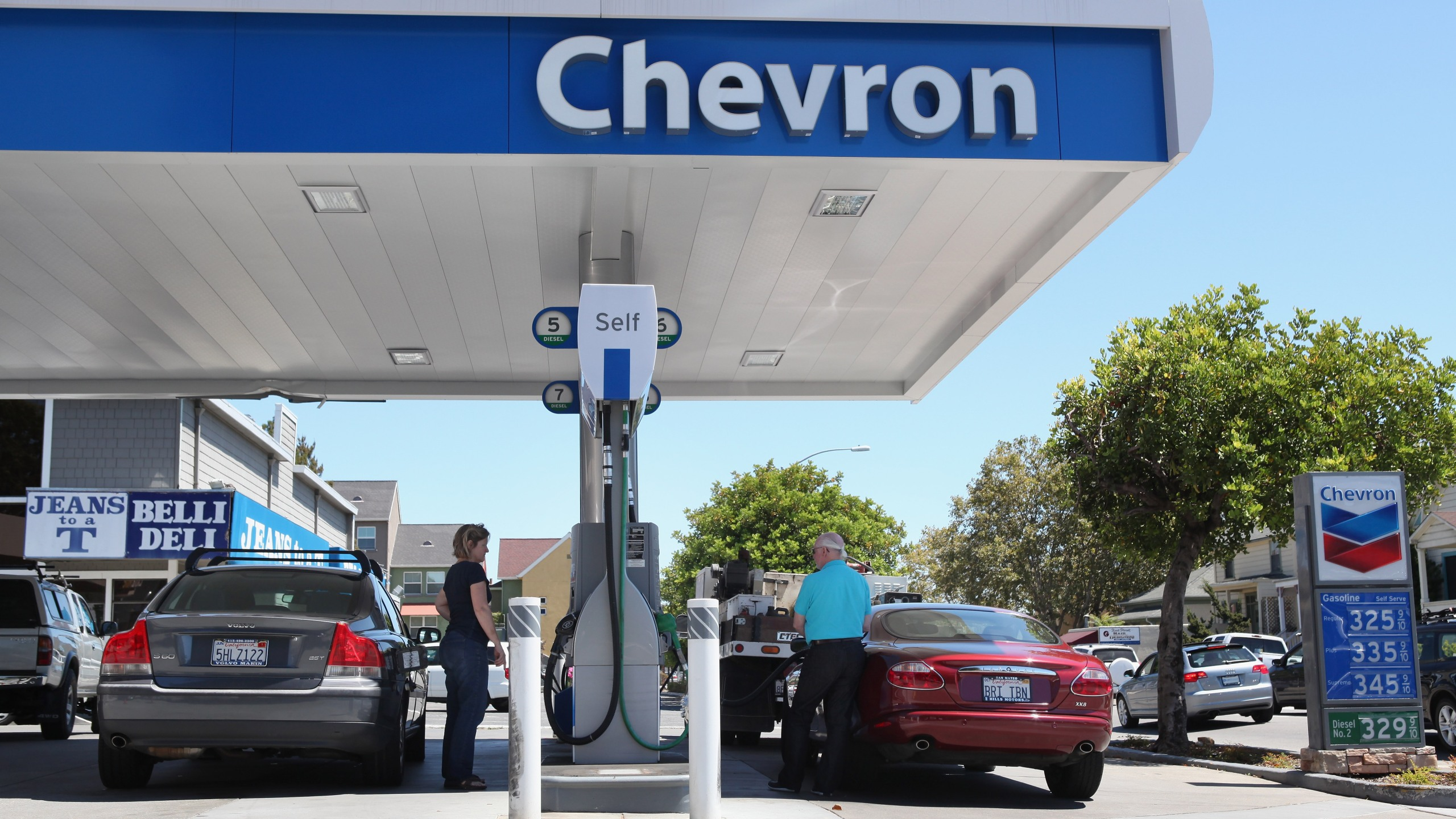 Customers pump gas into their cars at a Chevron gas station on Aug. 13, 2010 in San Rafael, California. (Credit: Justin Sullivan/Getty Images)