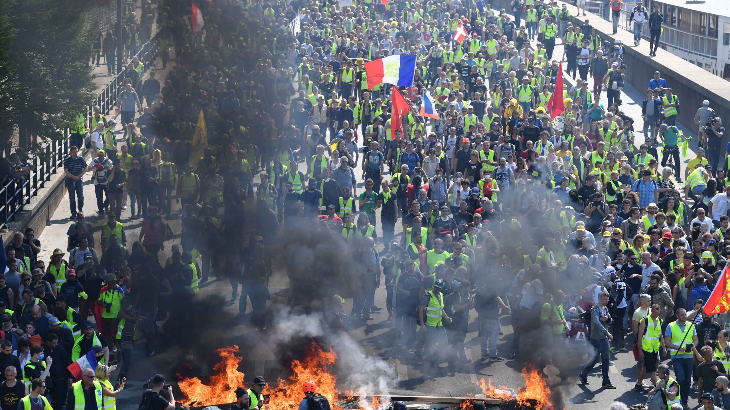 Yellow vest demonstrators light a fire as they gather in the Bercy neighborhood to protest for a 23rd week on April 20, 2019 in Paris, France. (Credit: Jeff J Mitchell/Getty Images)