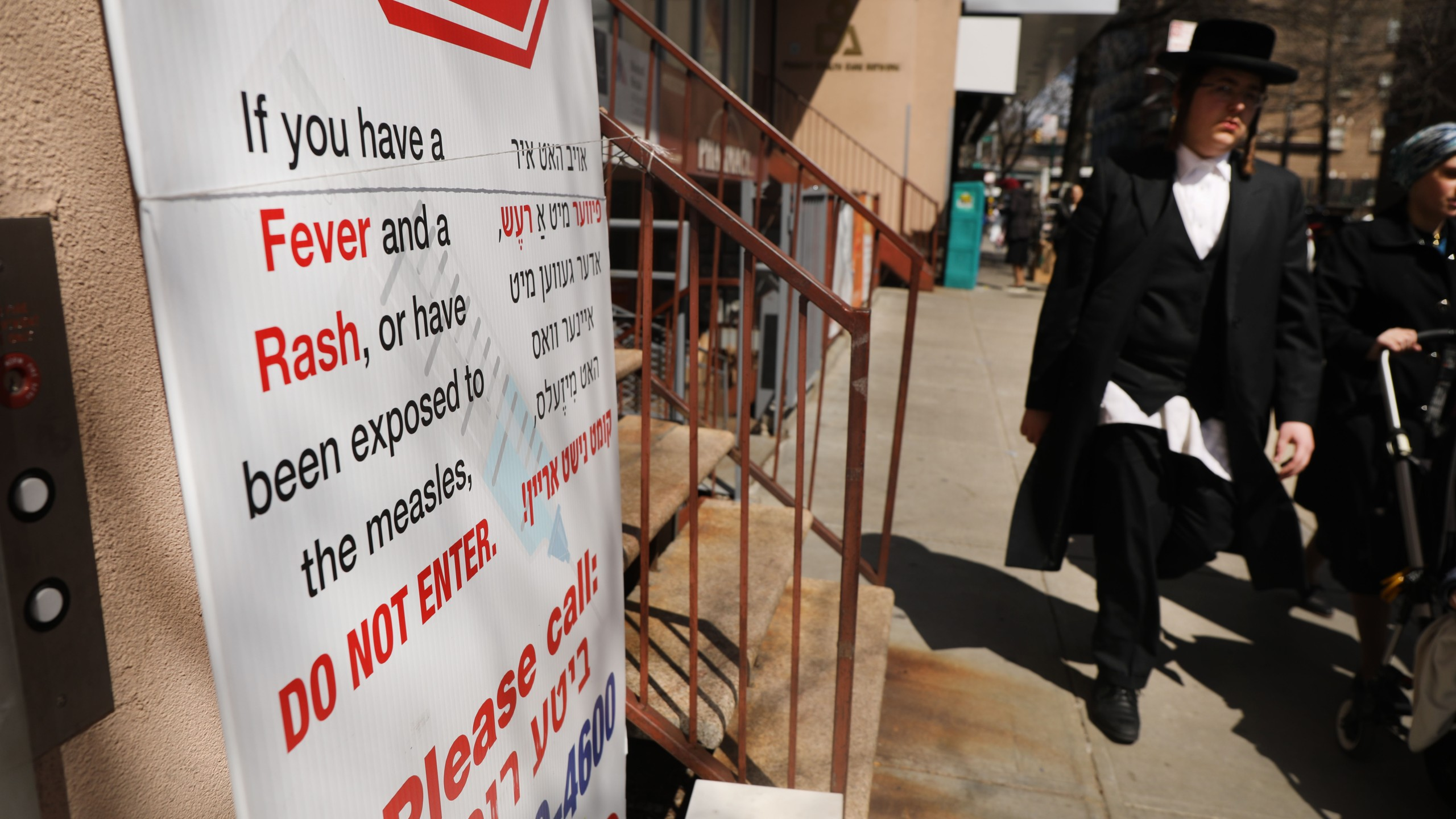 A sign warns people of measles in the ultra-Orthodox Jewish community in Williamsburg on April 10, 2019 in New York City. (Credit: Spencer Platt/Getty Images)
