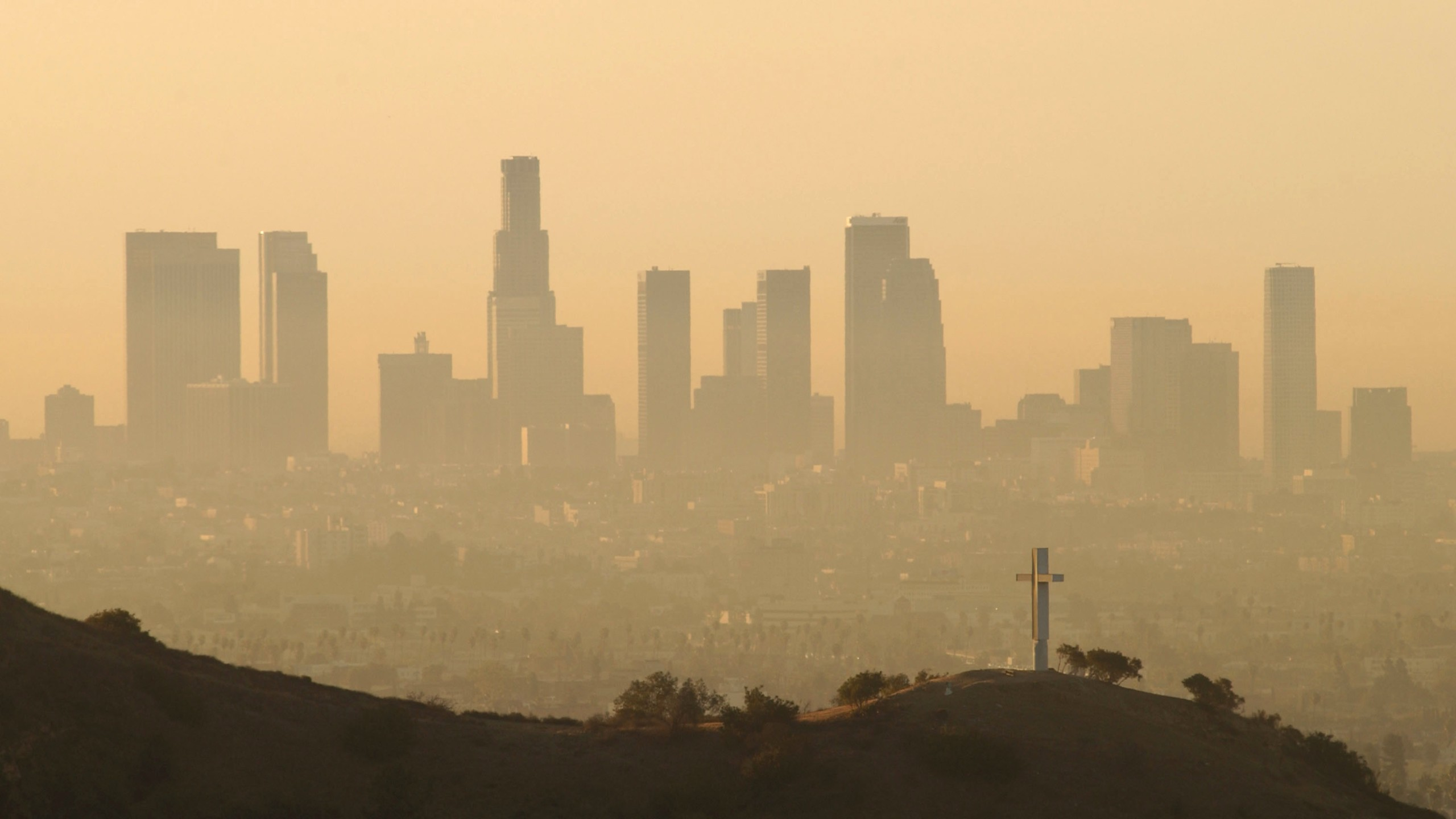 Downtown highrise buildings are shown cloaked in dirty air shortly after sunrise September 11, 2002 in Los Angeles. (Credit: David McNew/Getty Images)