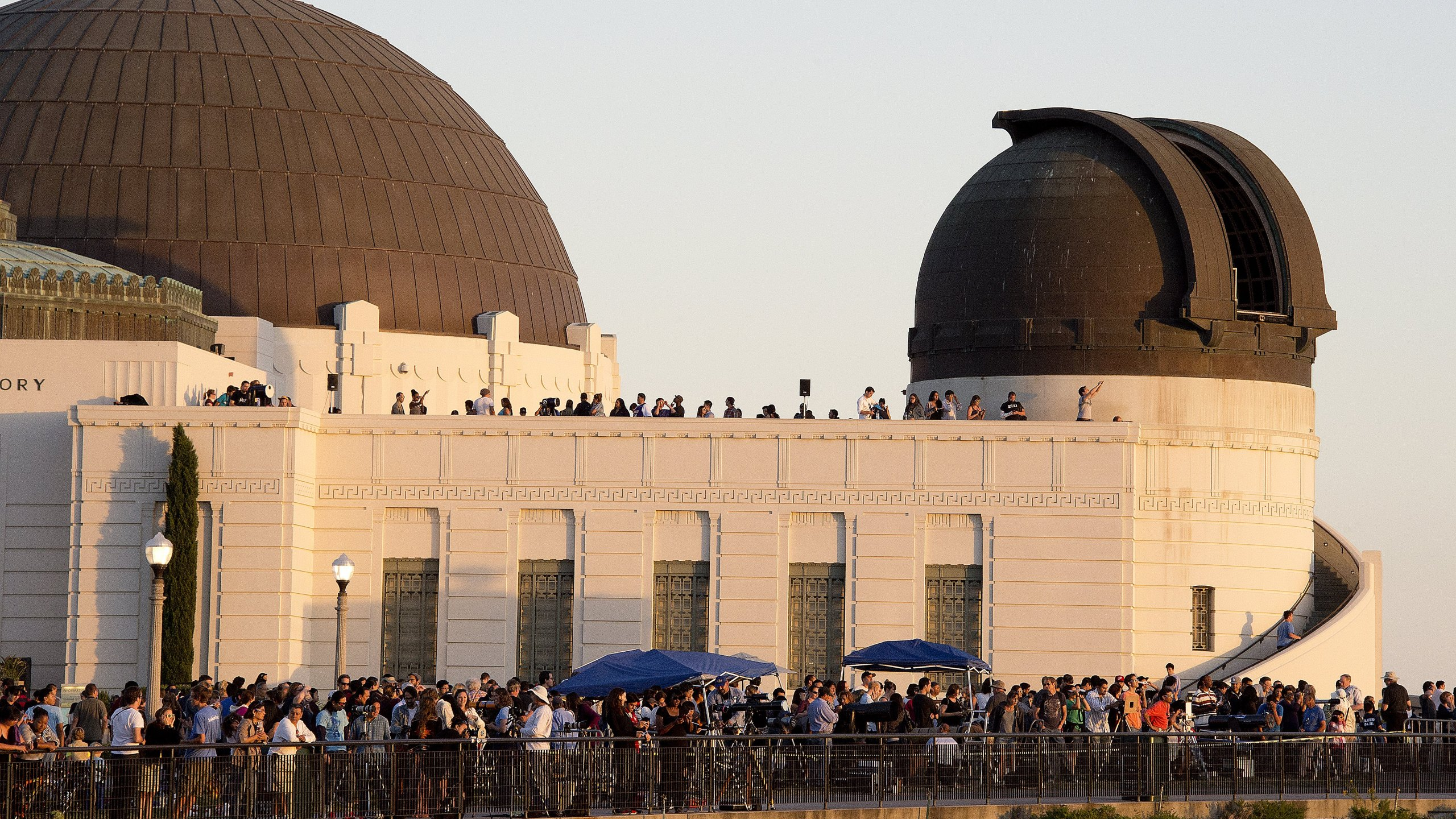 People watch the planet Venus transit across the face of the sun at Griffith Observatory in the Hollywood Hills area of Los Angeles, California June 5, 2012. (Credit: ROBYN BECK/AFP/GettyImages)