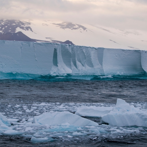 The Ross Ice shelf is seen in the Southern Ocean. (Credit: Richard McManus via Getty Images.)
