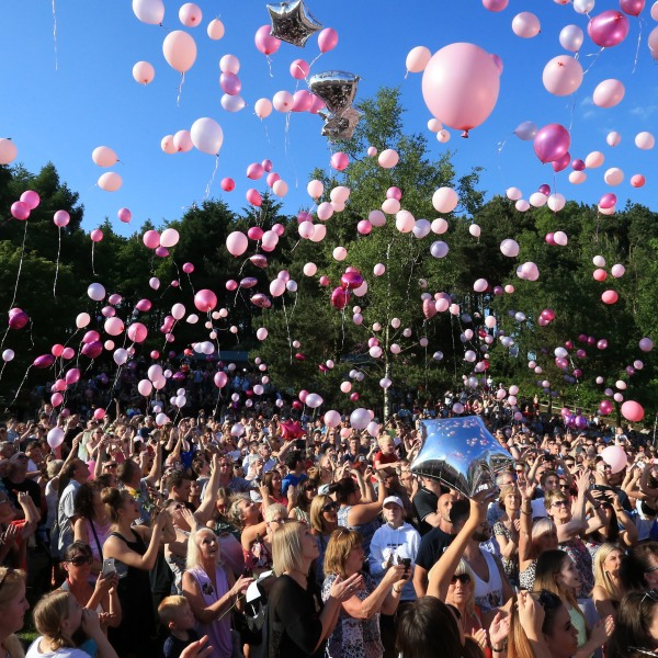 Well-wishers release thousands of balloons during a vigil to commemorate the victims of the attack on the Manchester Arena in England, on May 26, 2017. (Credit: Lindsey Parnaby/AFP/Getty Images)