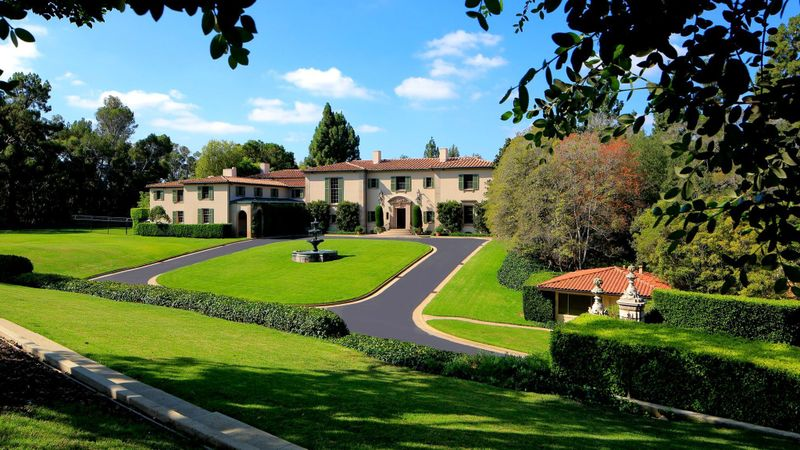 Robert H. Shapiro's real estate firm Woodbridge acquired the Owlwood estate in Holmby Hills in 2016 for $90 million. Shapiro and the company are accused of defrauding thousands of investors. (Credit: Mercer Vine via Los Angeles Times)