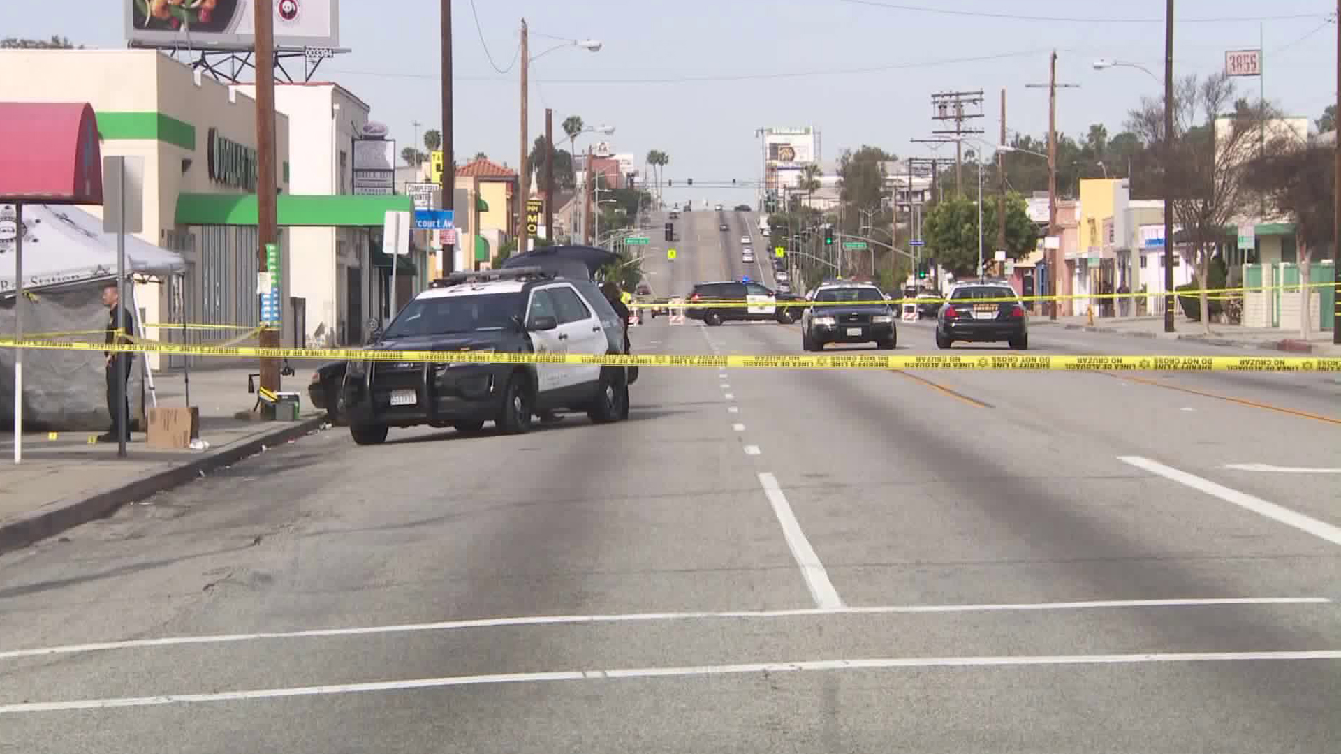 Los Angeles County sheriff's deputies investigate a fatal stabbing in the 3800 block of West Slauson Avenue on April 1, 2019. (Credit: KTLA)