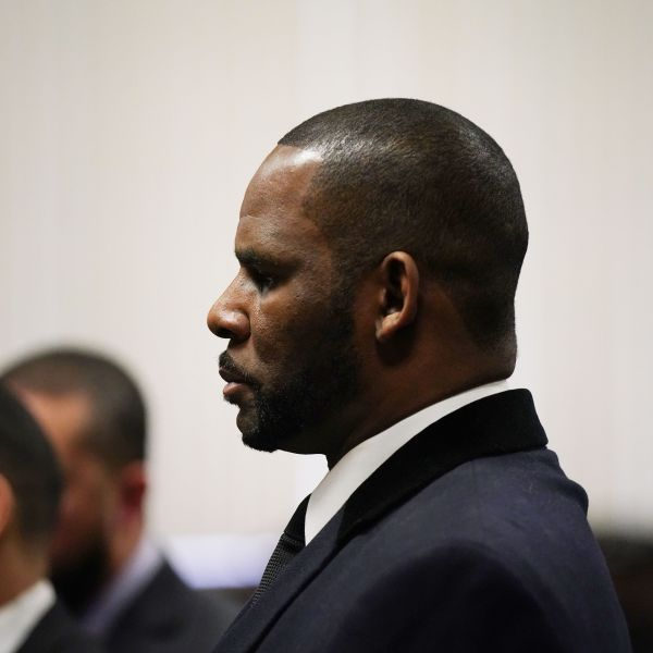 R. Kelly appears at a hearing before Judge Lawrence Flood at Leighton Criminal Court Building in Chicago on May 7, 2019. (Credit: E. JASON WAMBSGANS/AFP/Getty Images)