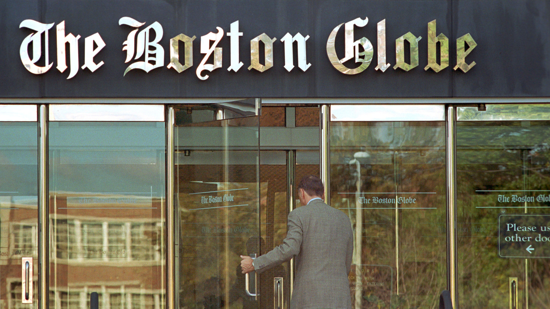 A man enters the Boston Globe newspaper building on Oct. 15, 2001 in Boston. (Credit: Christopher Pfuhl/Getty Images)